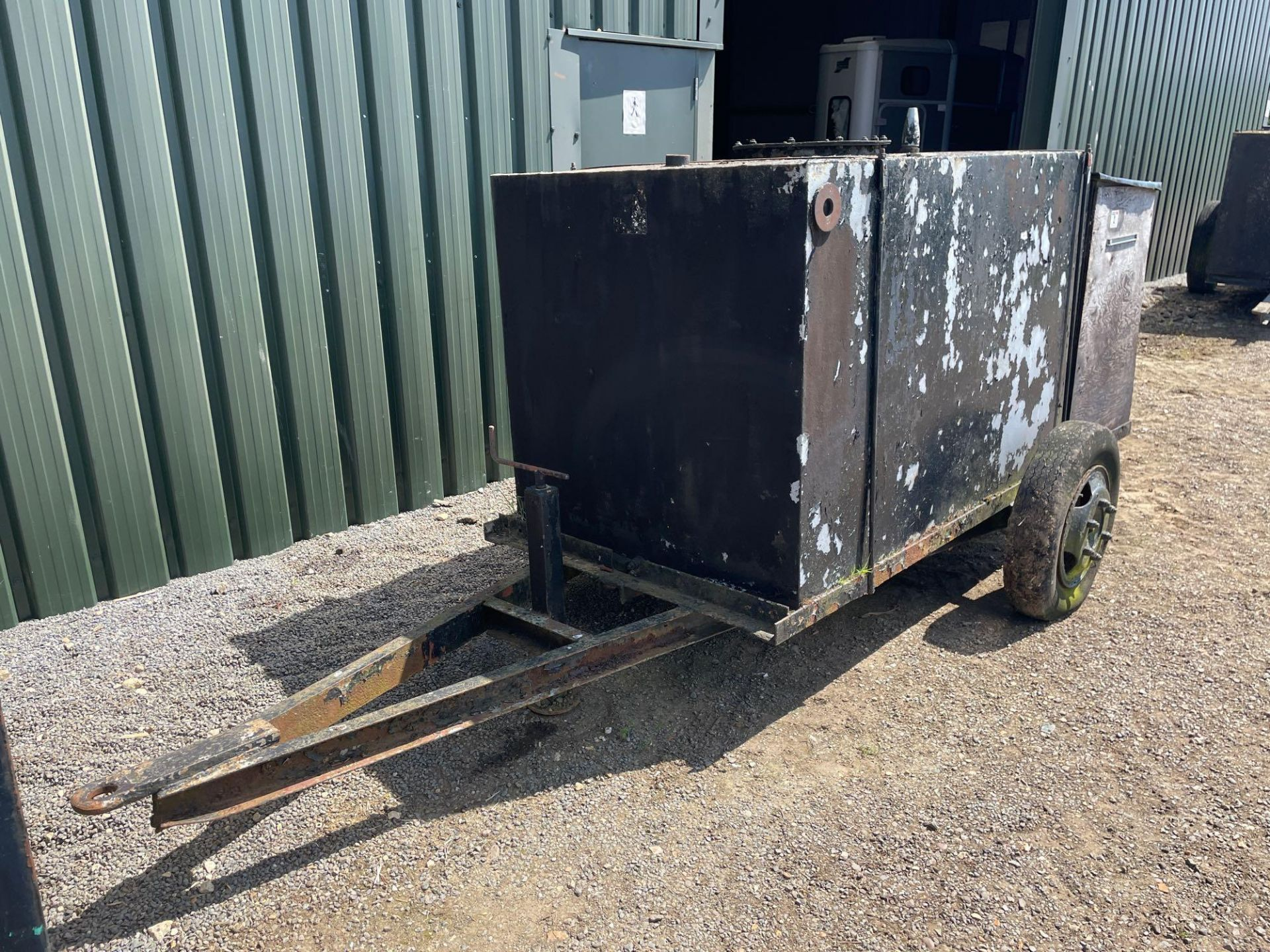 Metal tank on single axle chassis - Image 2 of 2