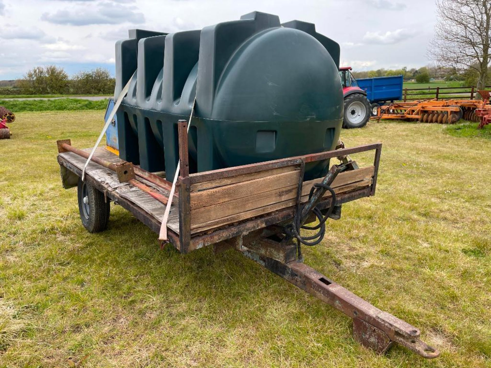 10 ft single axle trailer, wooden floor with 2500l plastic tank 12v electric pump - Image 2 of 5