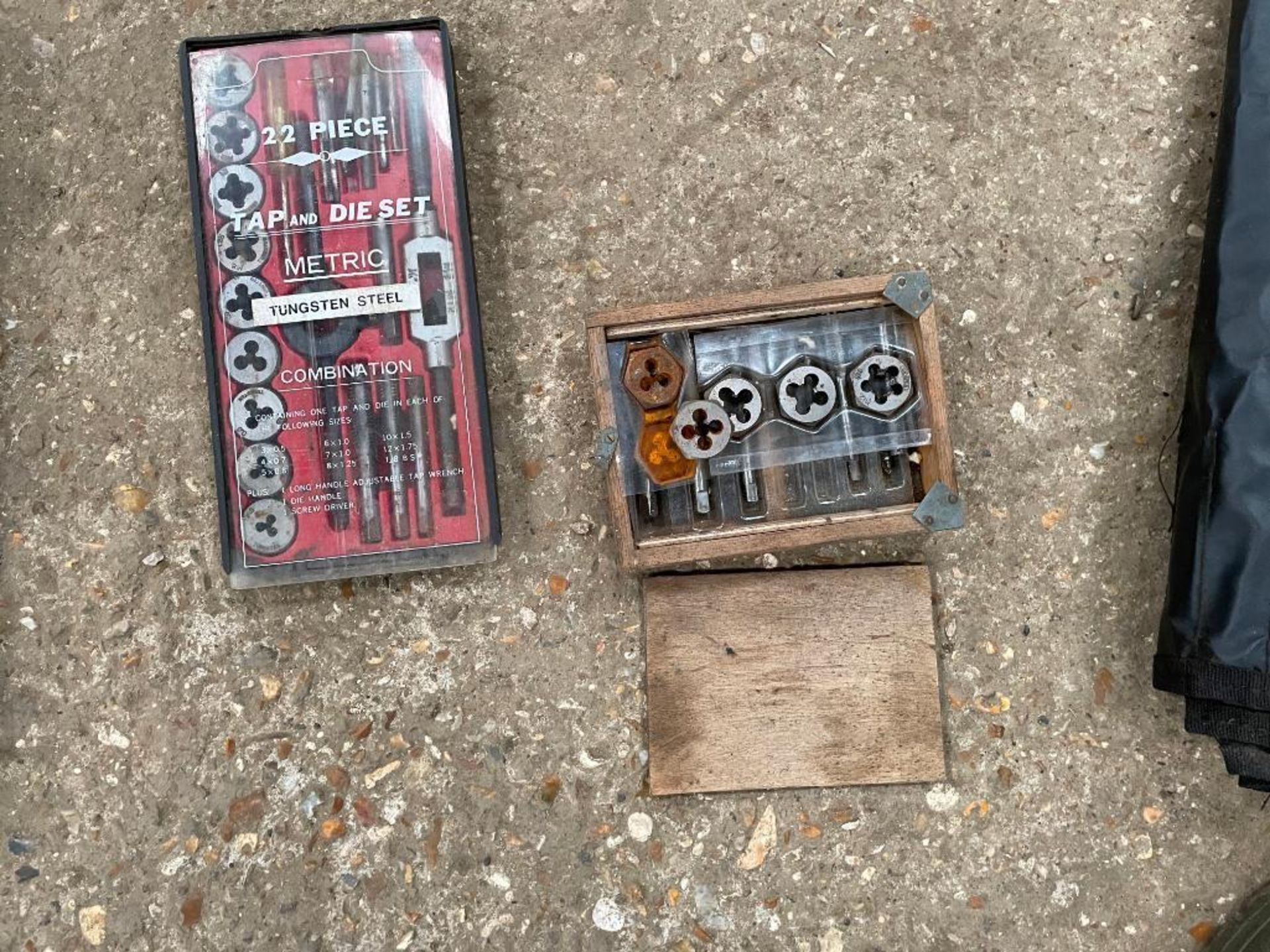 22 piece tap and die set (metric) with other taps and dies - Image 2 of 3