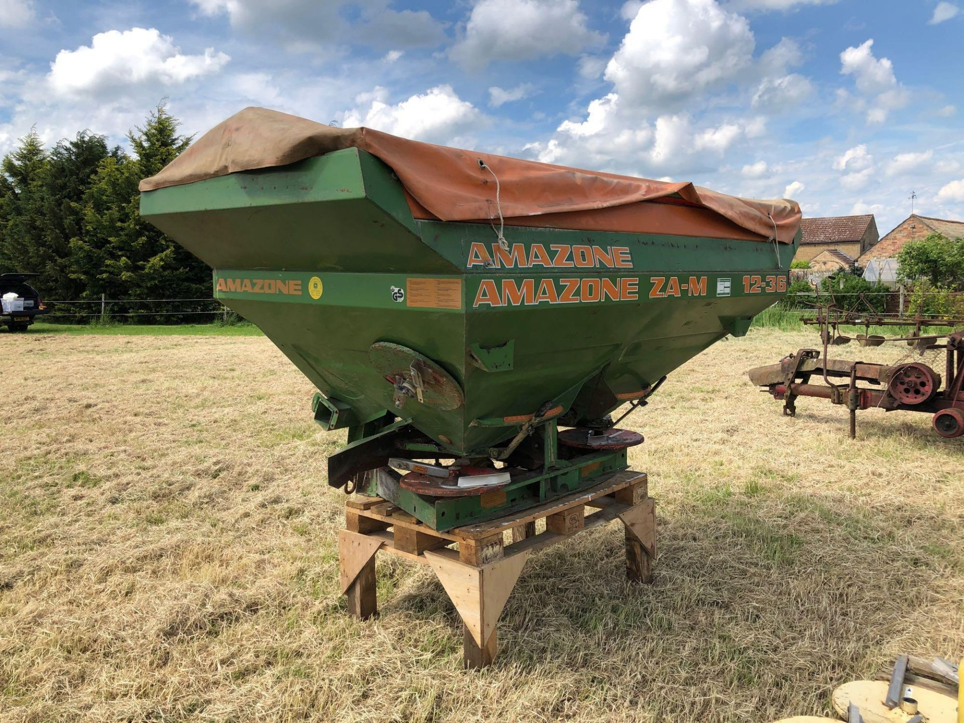 Amazone ZA-M 2000 12-36m fertiliser spreader comes with various discs. Serial No: 09003013 NB: Manua - Image 6 of 9