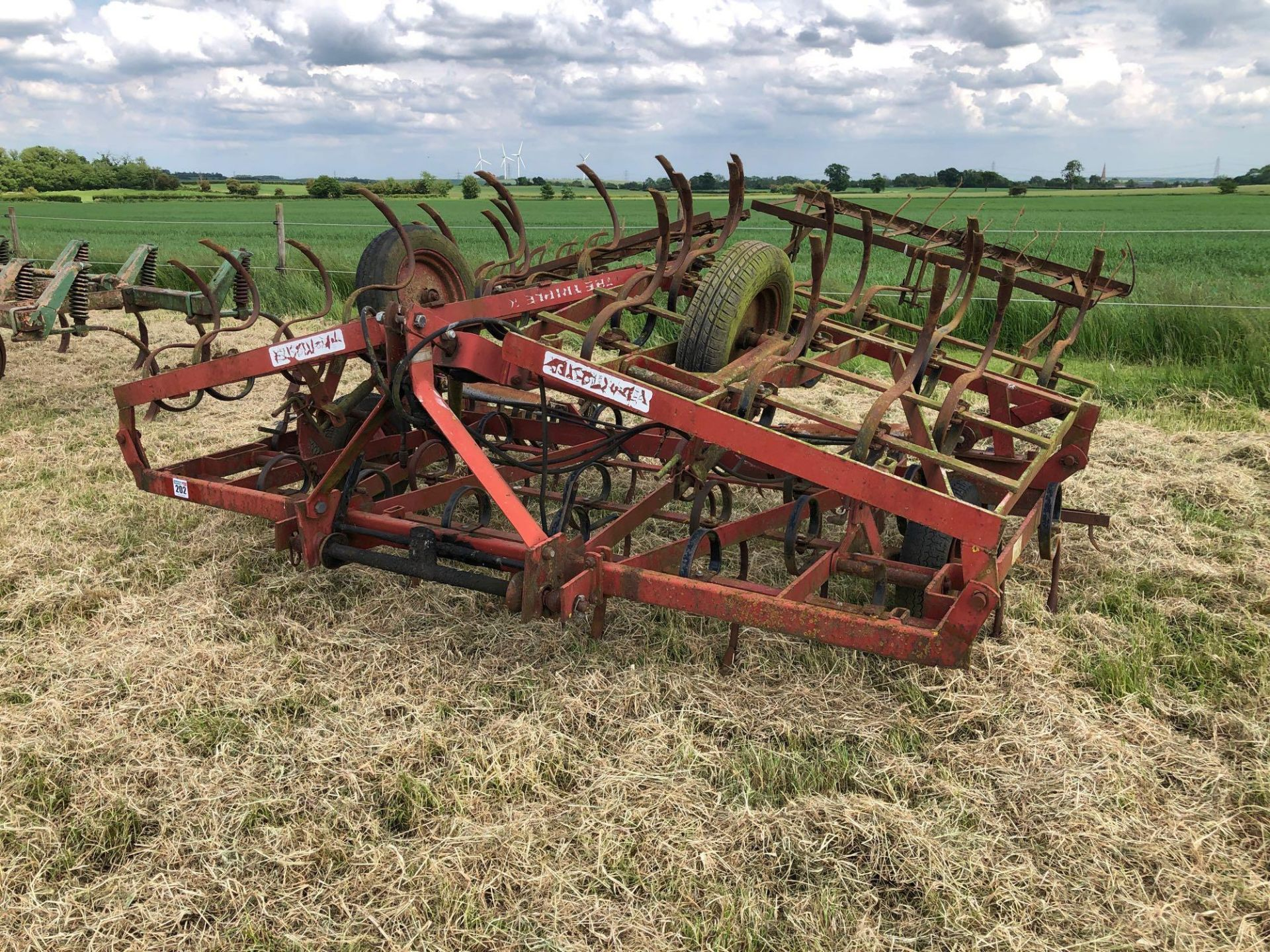 Kongskilde Triple K spring tine cultivator 5.7m, linkage mounted, hydraulic folding. Serial No: 0111 - Image 2 of 5