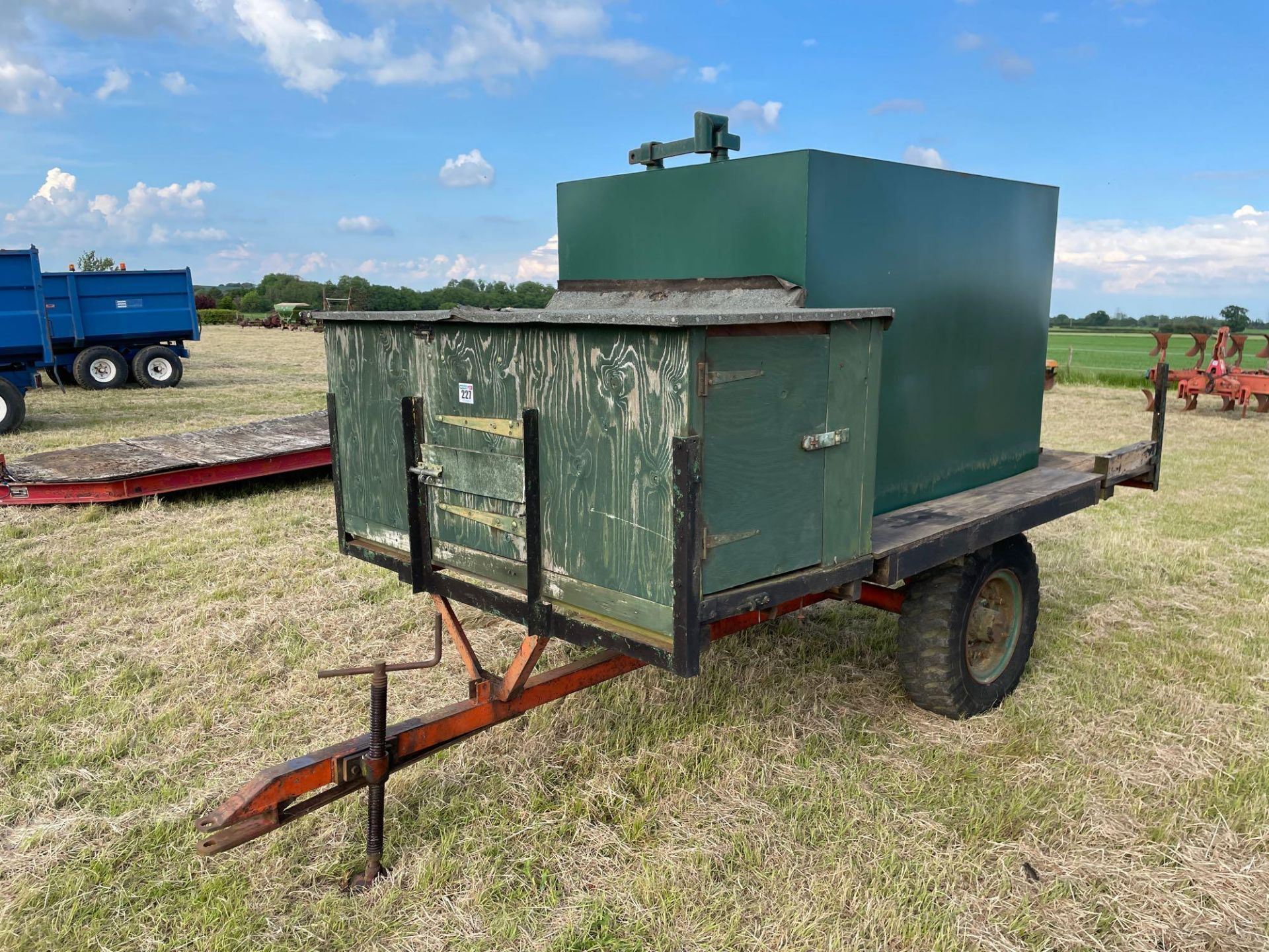 10 ft single axle trailer, metal floor with 800gal metal tank and 12v electric pump - Image 2 of 7