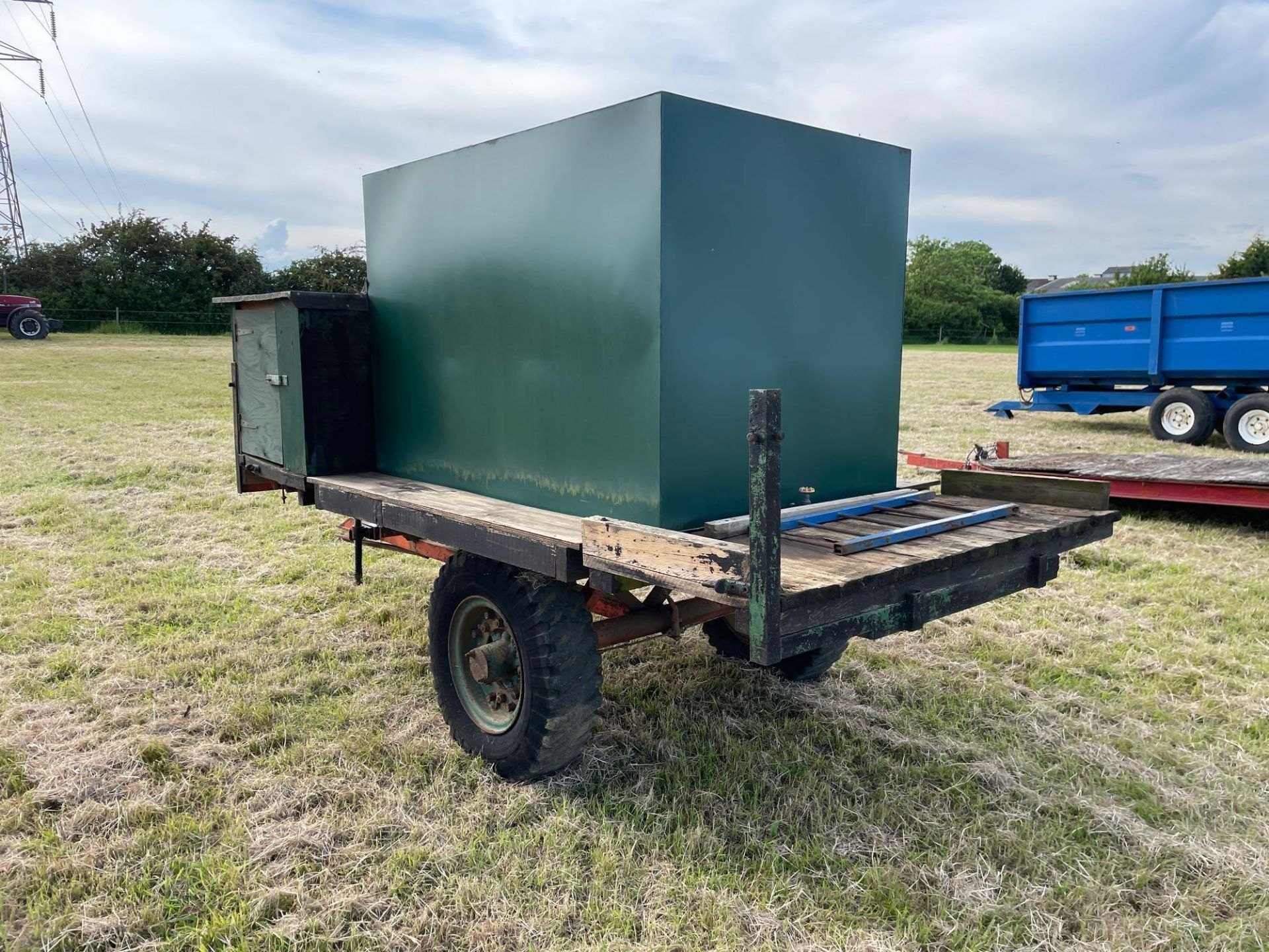 10 ft single axle trailer, metal floor with 800gal metal tank and 12v electric pump - Image 3 of 7