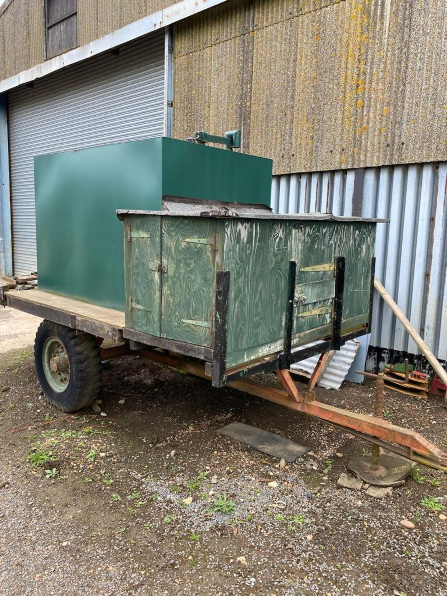 10 ft single axle trailer, metal floor with 800gal metal tank and 12v electric pump - Image 5 of 7