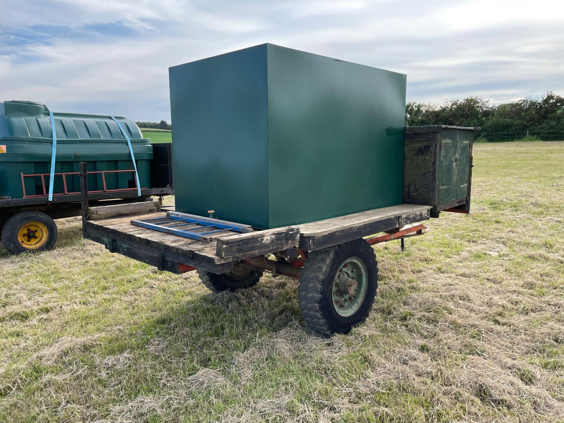10 ft single axle trailer, metal floor with 800gal metal tank and 12v electric pump - Image 4 of 7