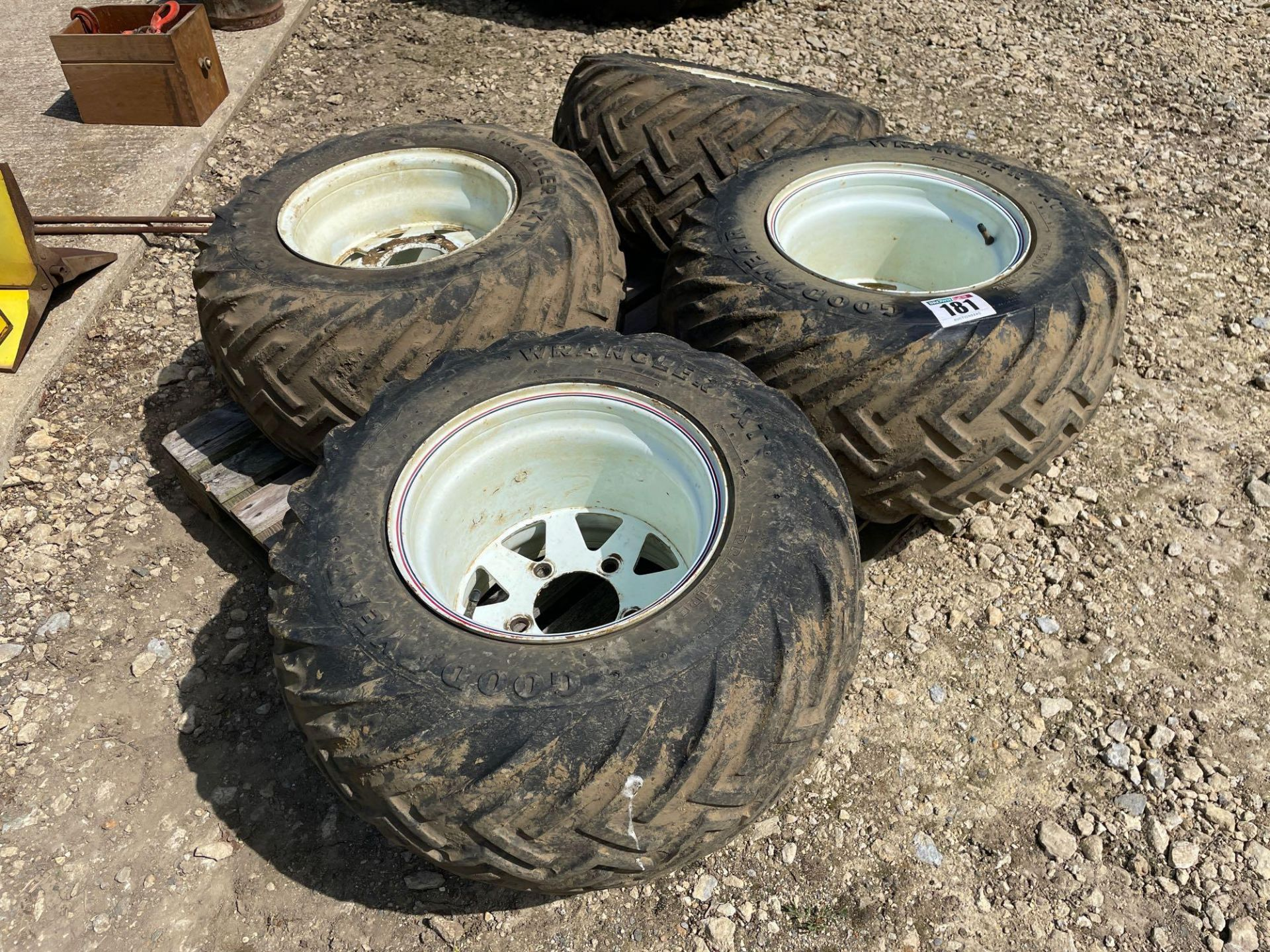 Set Goodyear 31x1550-15LT wheels and tyres