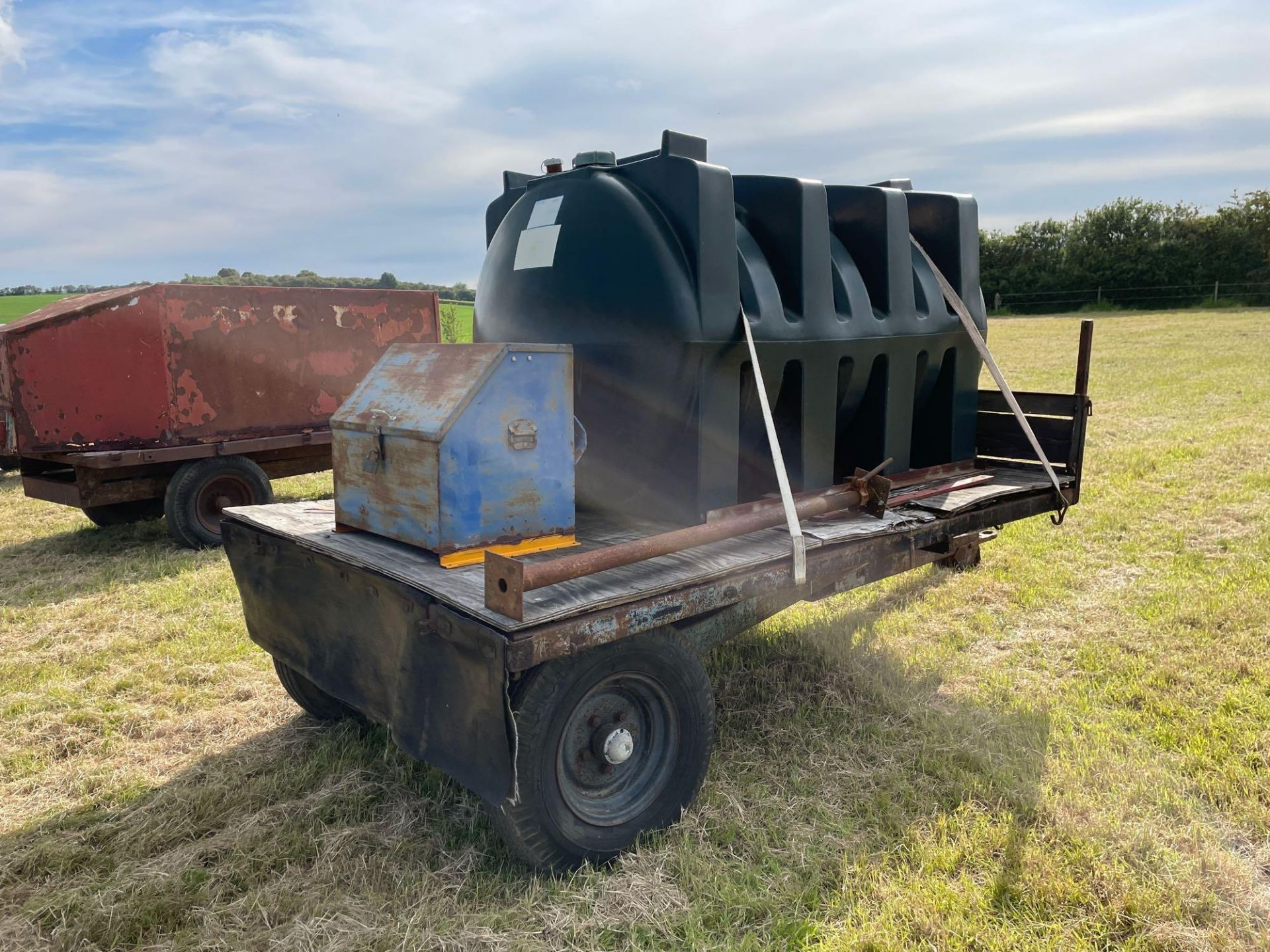 10 ft single axle trailer, wooden floor with 2500l plastic tank 12v electric pump - Image 5 of 5