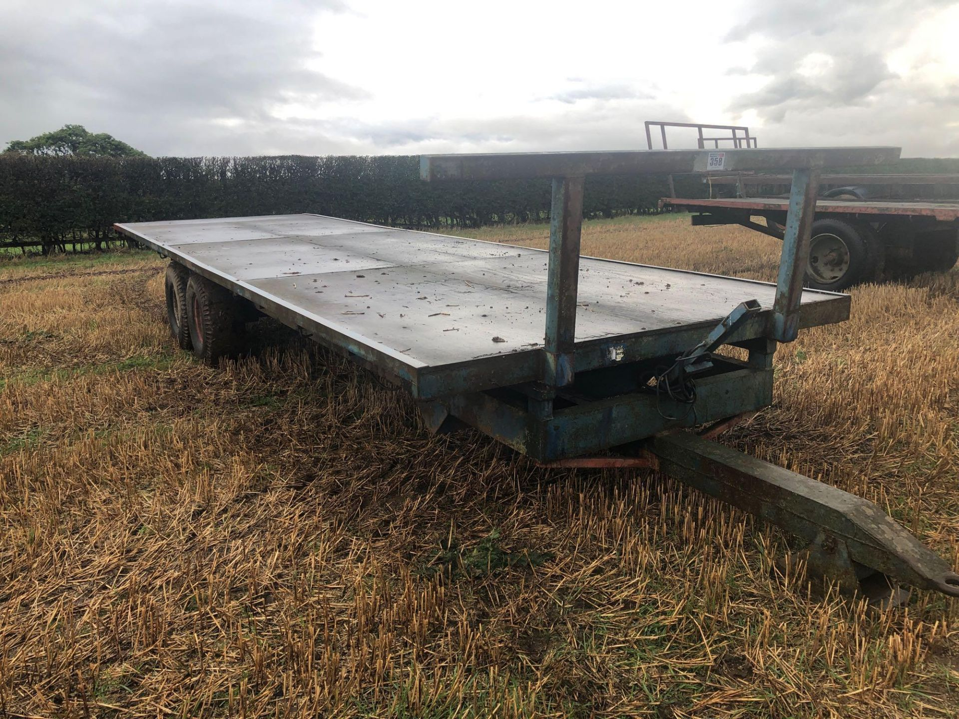 Scalin twin axle 28ft flat bed trailer with wooden floor. - Image 2 of 4
