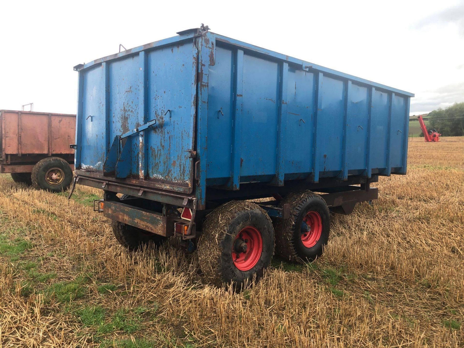 8t twin axle trailer with manual rear door and grain chute. C/w silage sides. On 12.5/80-15.3 wheels - Image 4 of 8