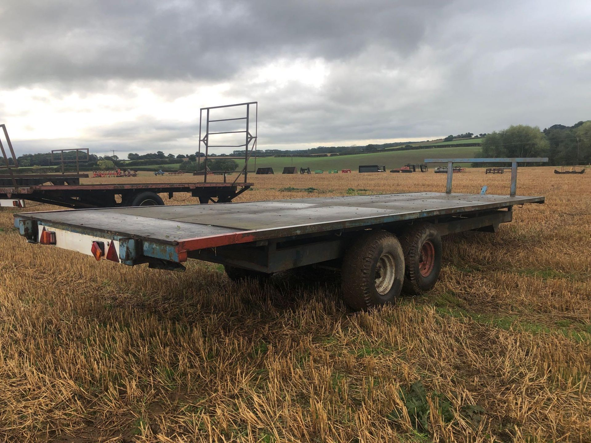 Scalin twin axle 28ft flat bed trailer with wooden floor. - Image 3 of 4
