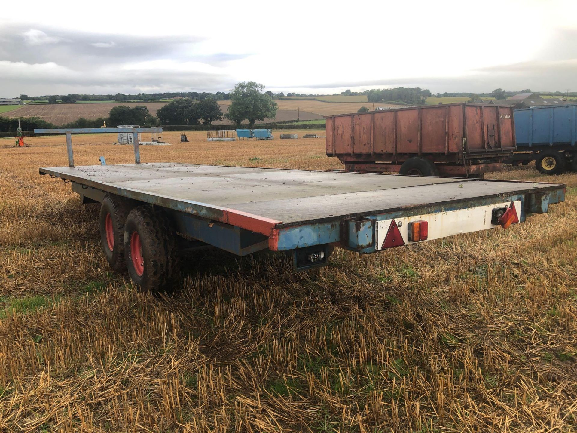 Scalin twin axle 28ft flat bed trailer with wooden floor. - Image 4 of 4