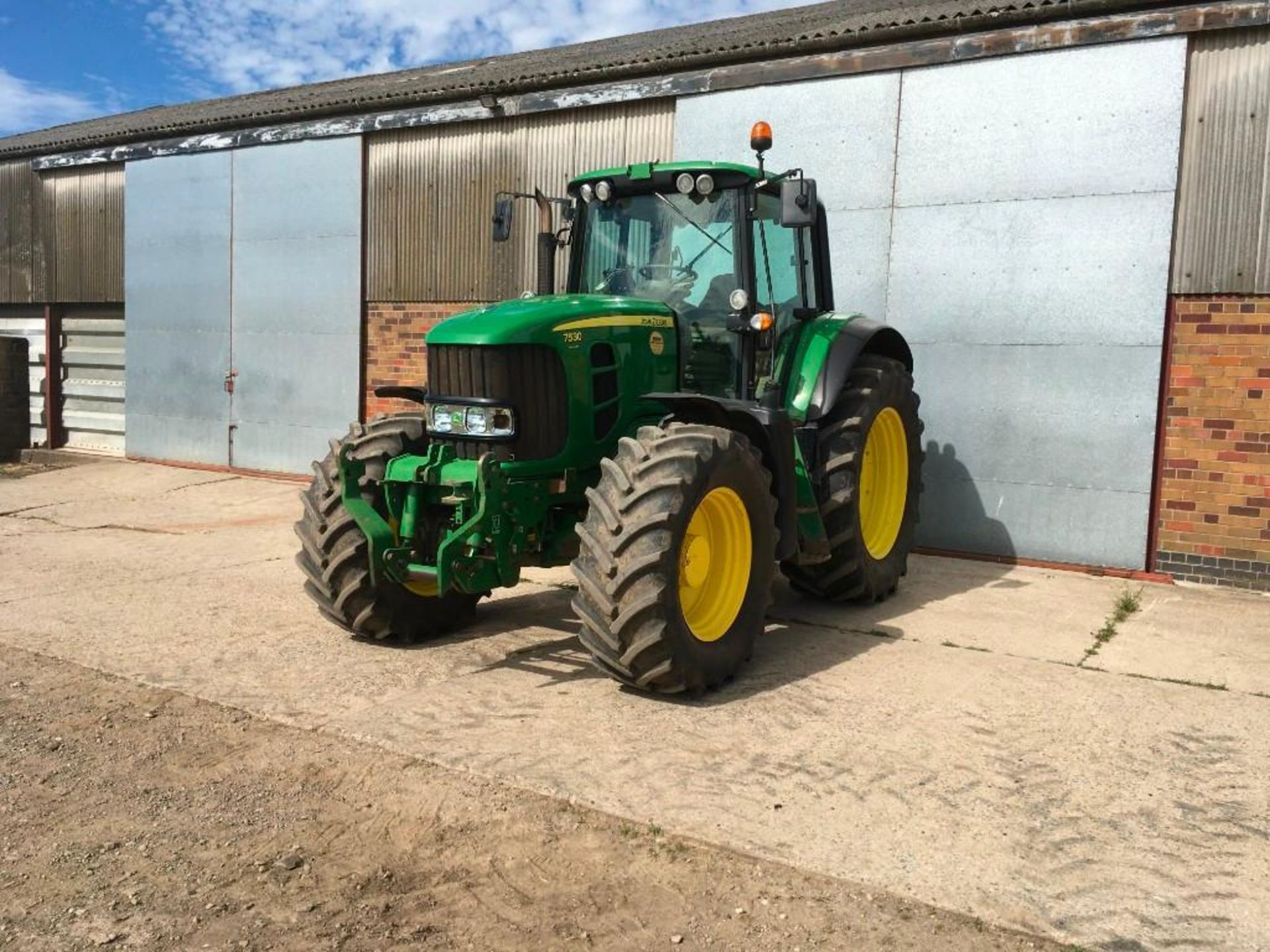 2008 John Deere 7530 tractor with auto quad gear box, 4 spool valves, pick up hitch, air seat, front - Image 4 of 14
