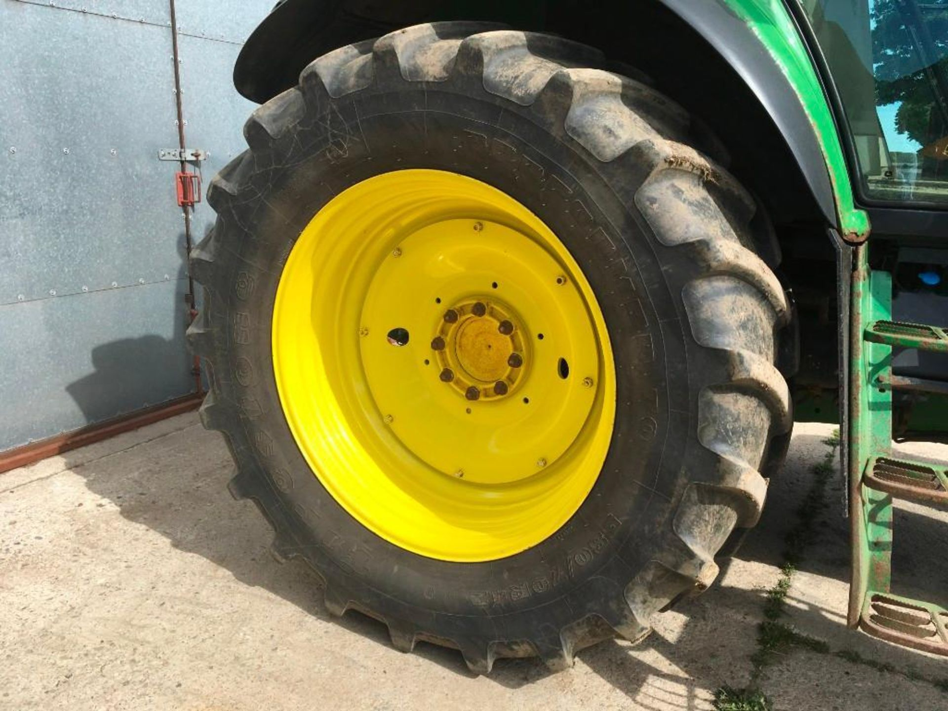 2008 John Deere 7530 tractor with auto quad gear box, 4 spool valves, pick up hitch, air seat, front - Image 8 of 14