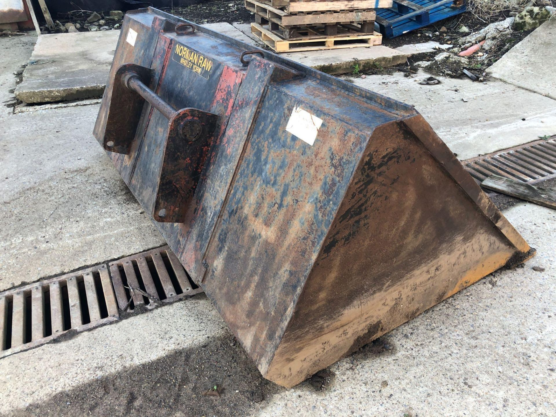 Norman Raw 1t grain bucket to fit Manitou fittings. PLease note that this lot is being retained unti - Image 5 of 9