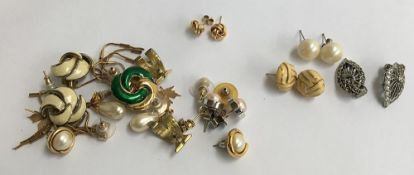 Mixed lot of earring to include a pair of 9ct gold knot studs