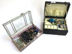 Glass jewellery box containing various costume jewellery, a set of Rosito pearls, a Florenza cameo