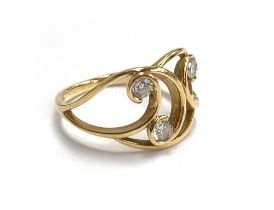 An 18ct gold Art Nouveau ring set with three brilliant cut diamonds, size P 1/2, 3.8g
