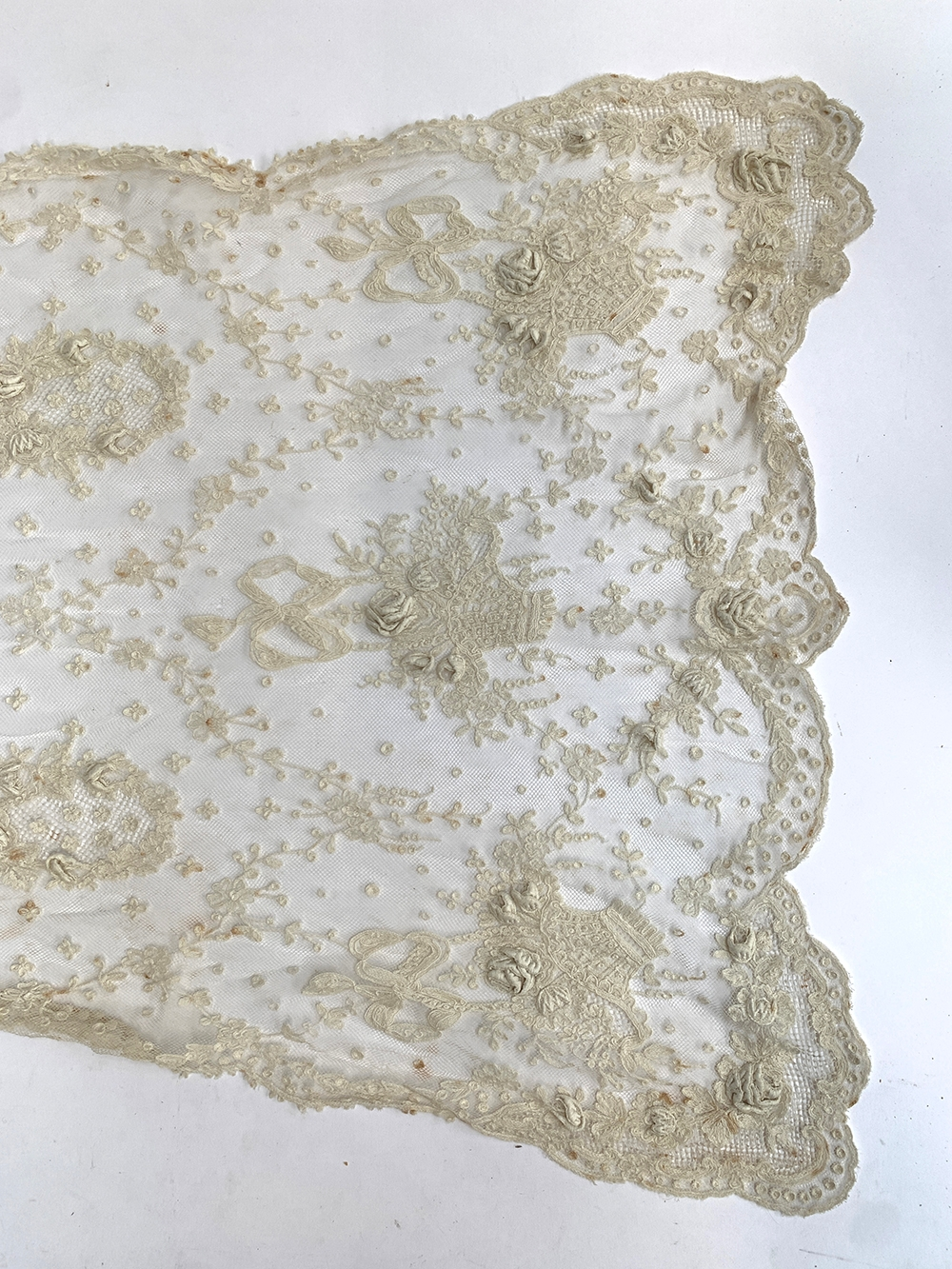 A very fine Victorian lace shawl embellished with baskets of roses, approx. 260cm long, 45cm wide - Image 2 of 2