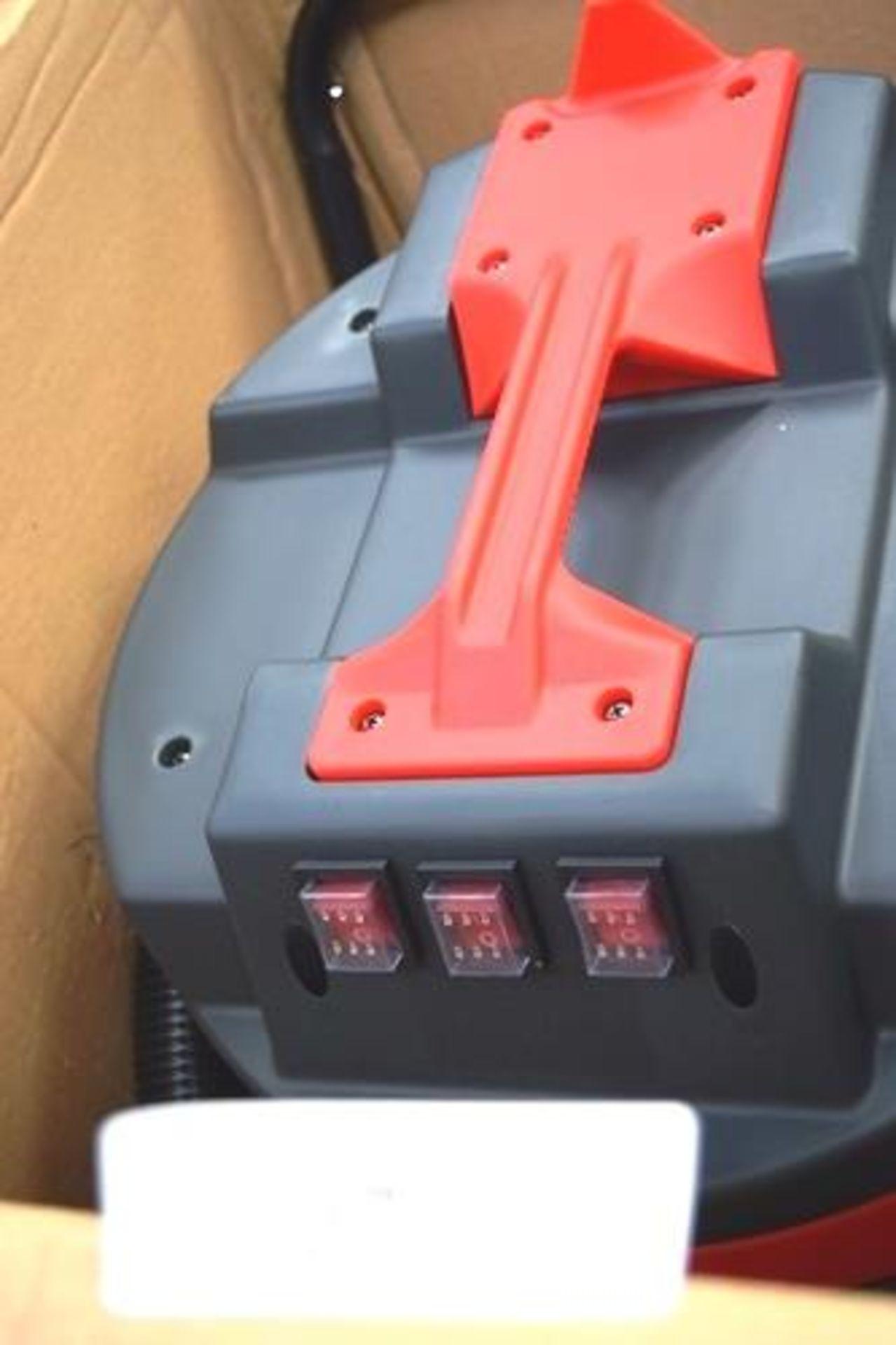 1 x Max Blast wet & dry 90ltr industrial vacuum, SKU: 25579 - New in box, box slightly tatty (
