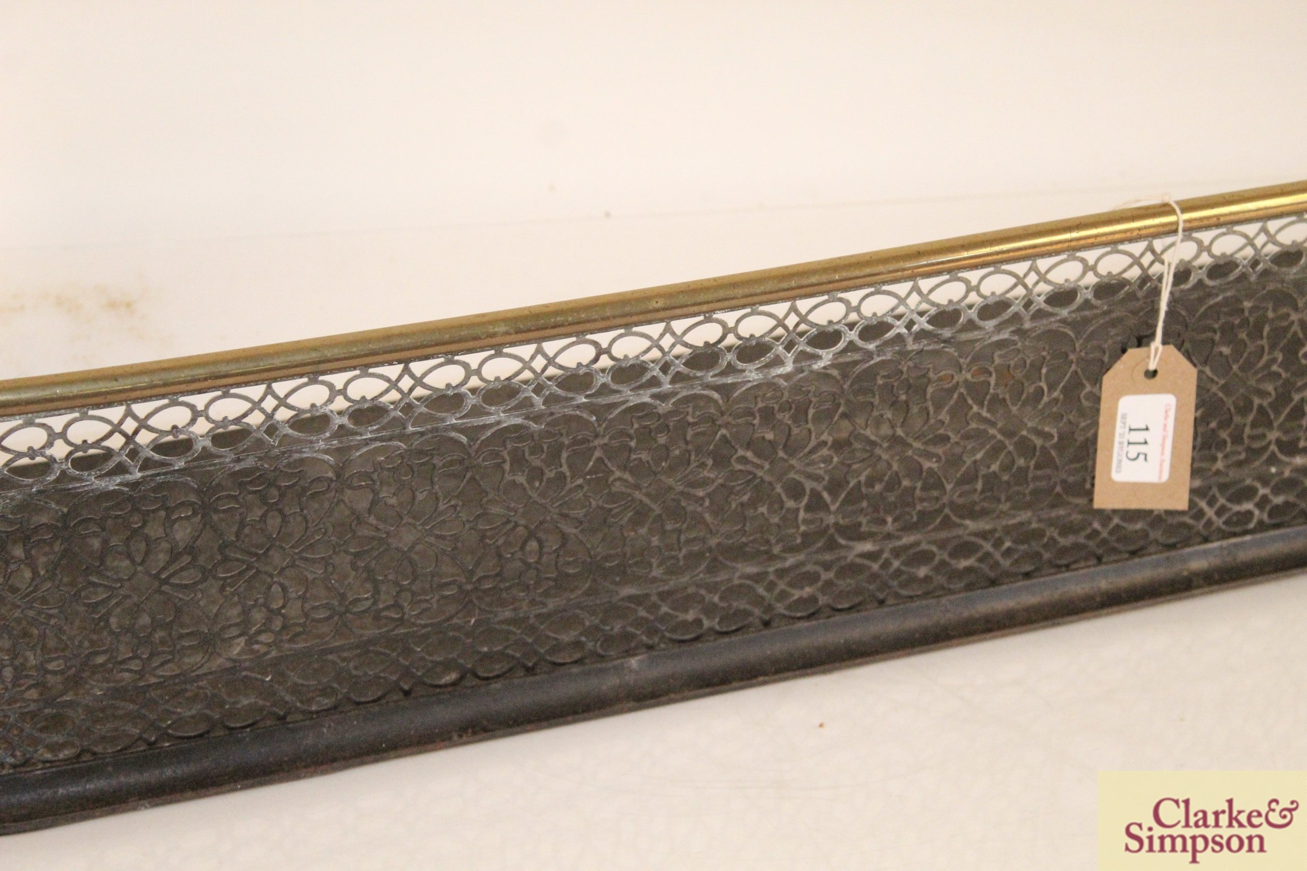 A Victorian brass and iron fender - Image 3 of 5