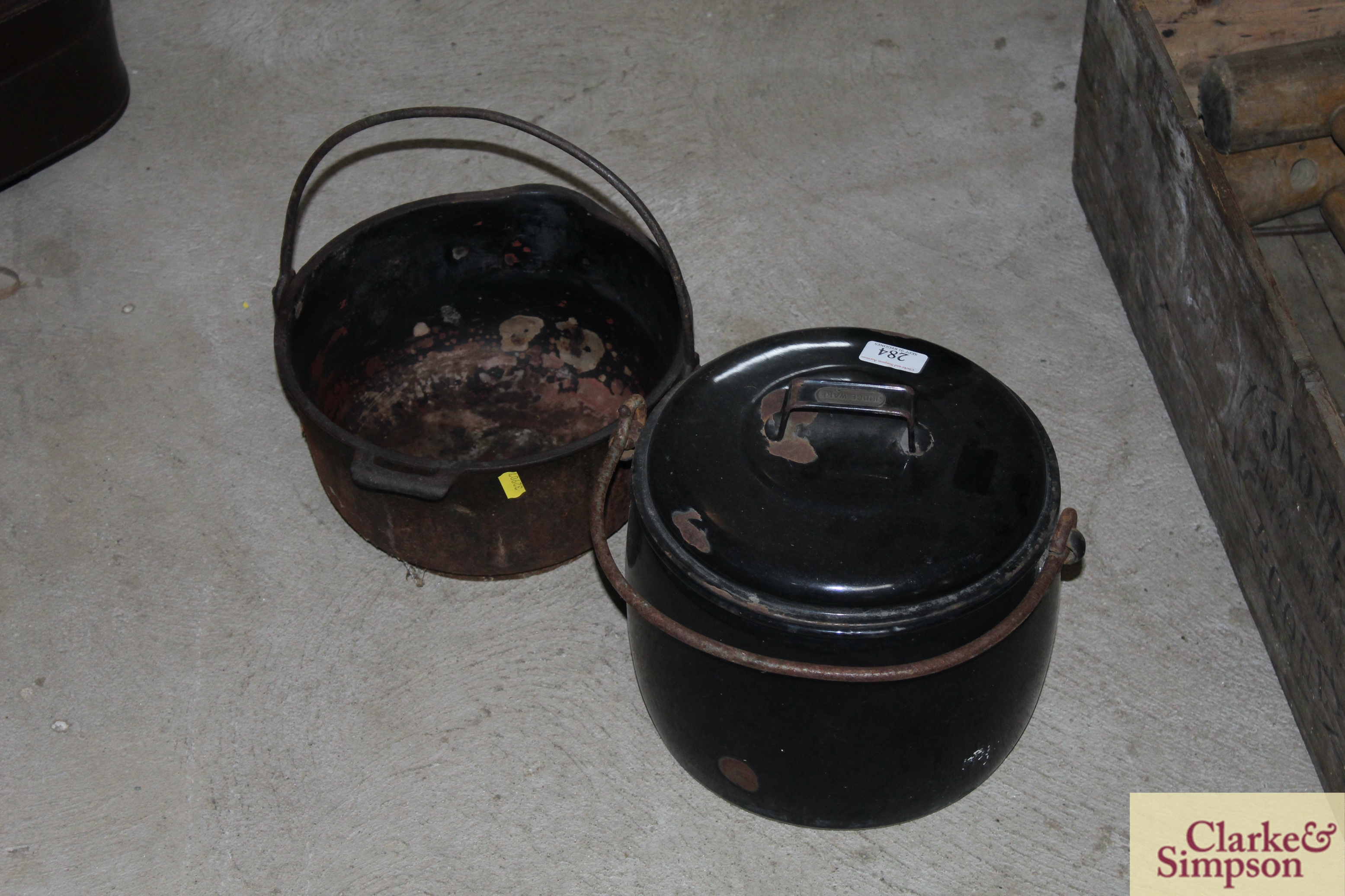 A black enamel cooking pot and lid with swing hand - Image 2 of 5