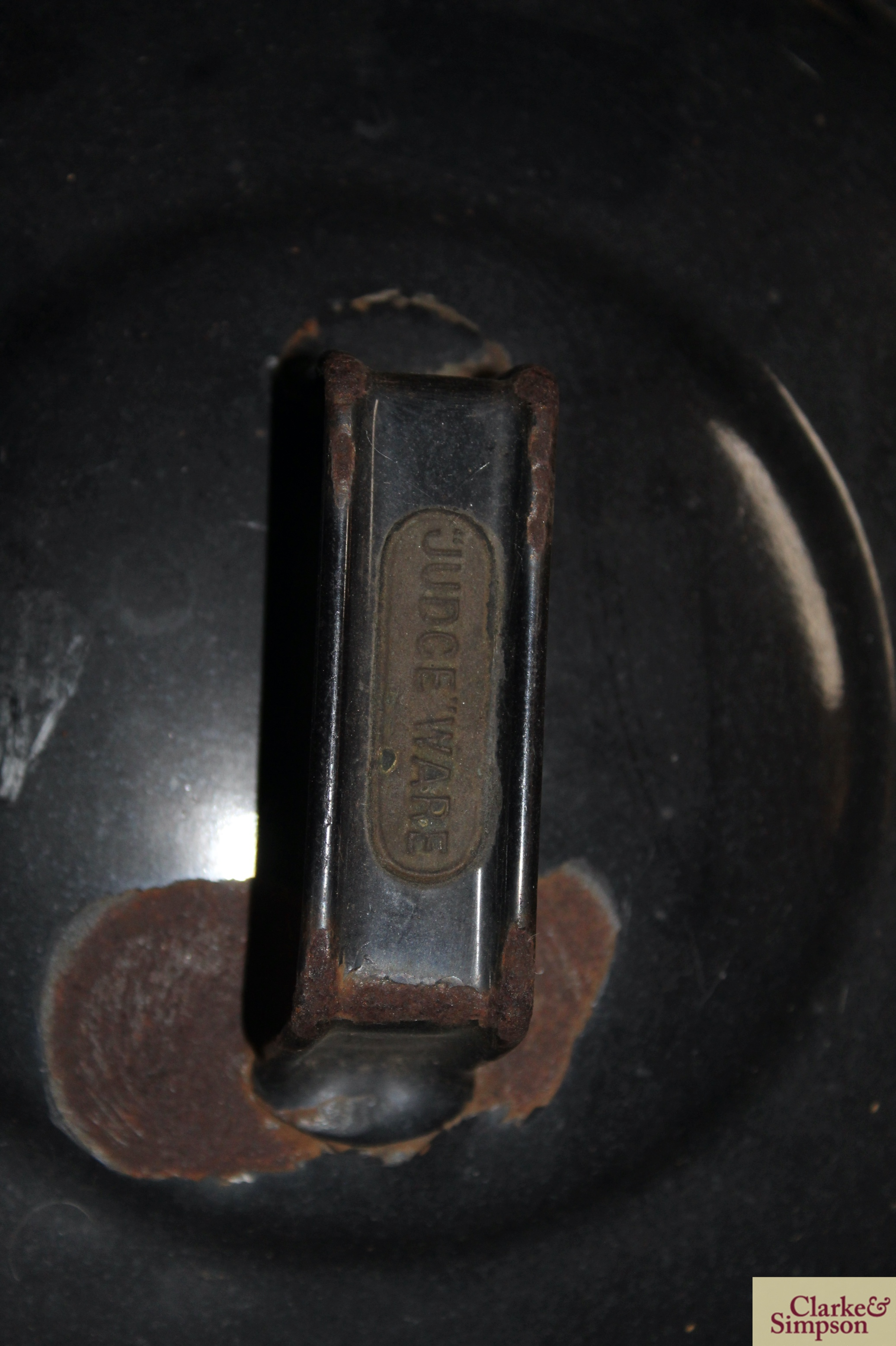 A black enamel cooking pot and lid with swing hand - Image 3 of 5