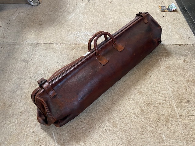 A vintage leather cricket bag and contents of bat - Image 2 of 10