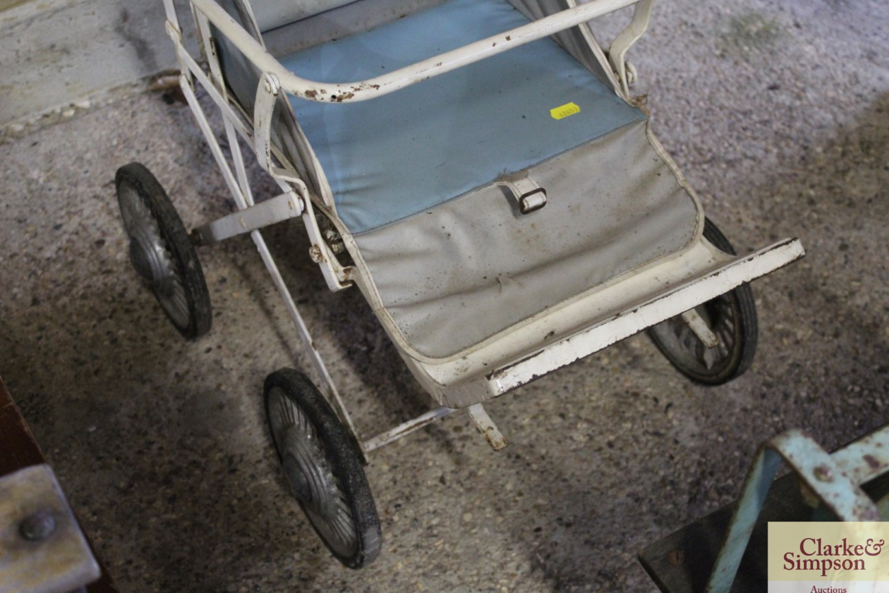 A vintage folding pushchair - Image 4 of 4