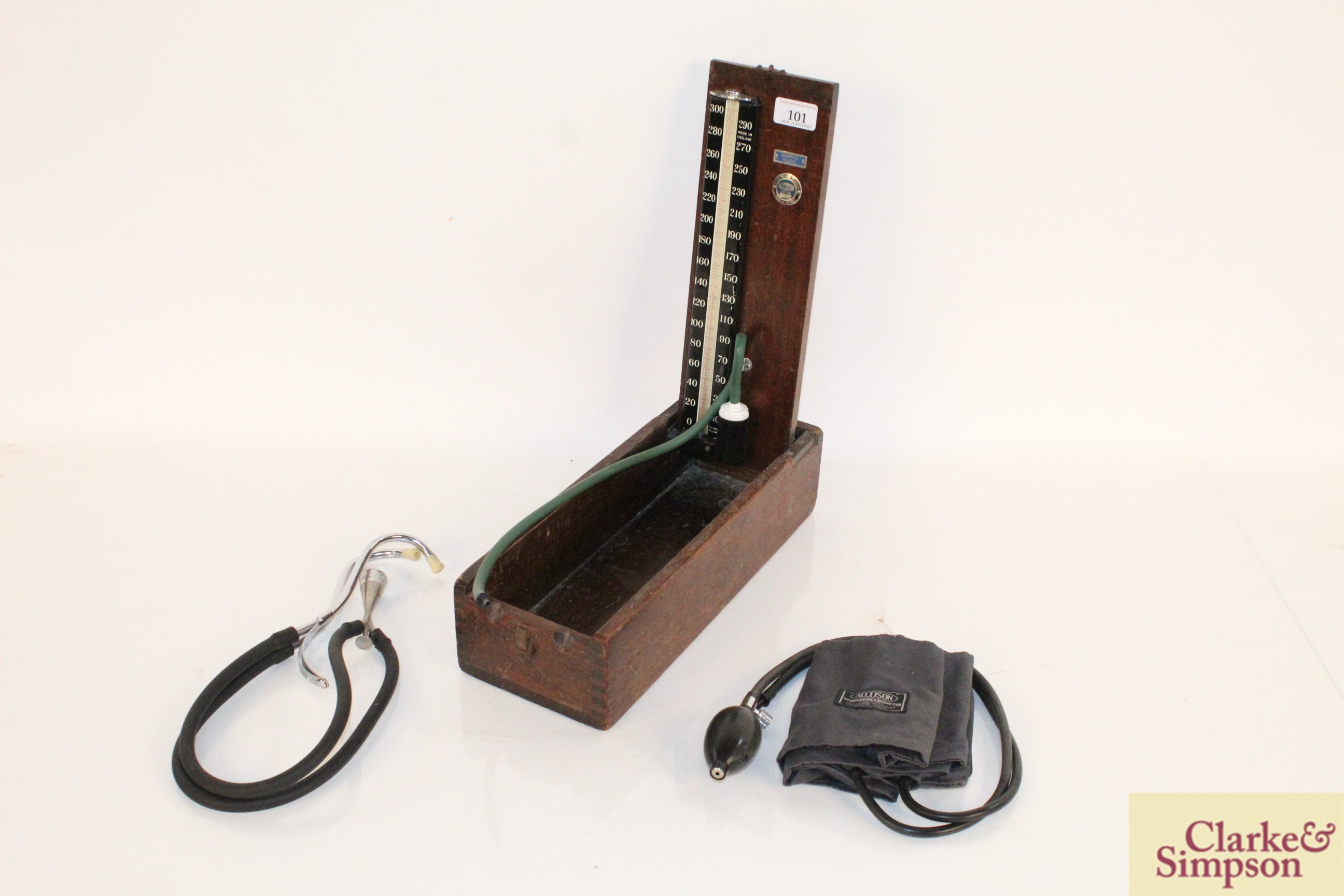 A vintage wooden boxed blood pressure gauge by Accos - Image 2 of 9