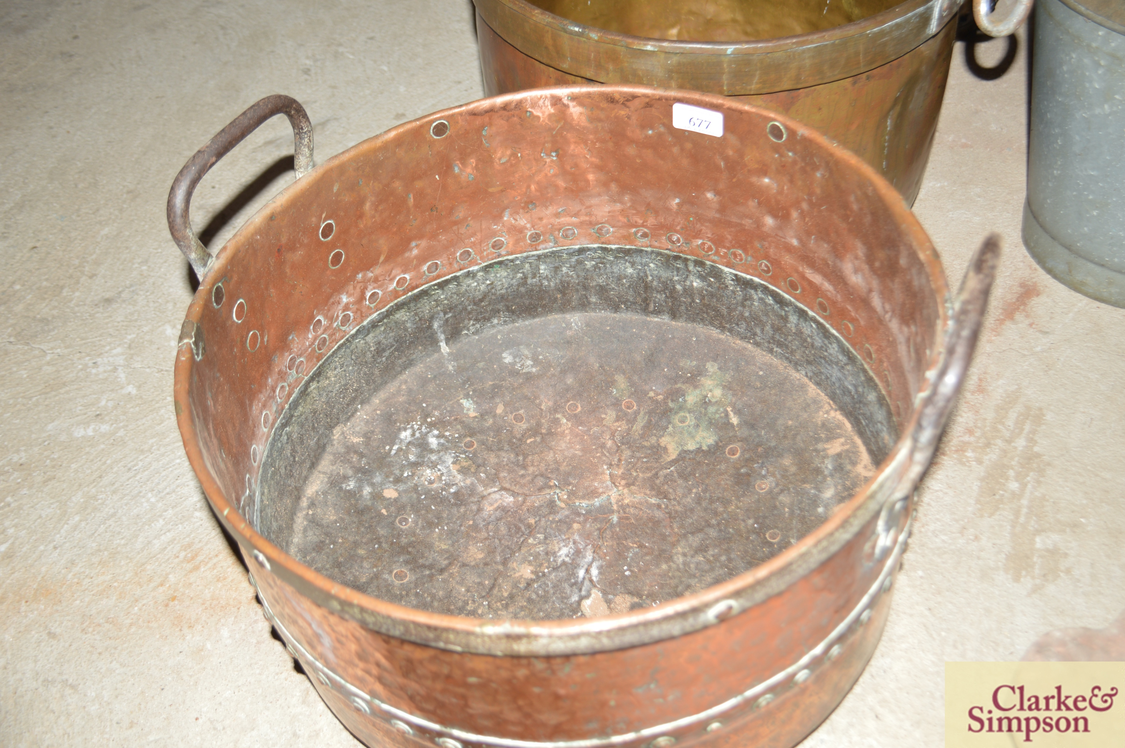 An antique riveted two handled cauldron - Image 2 of 4
