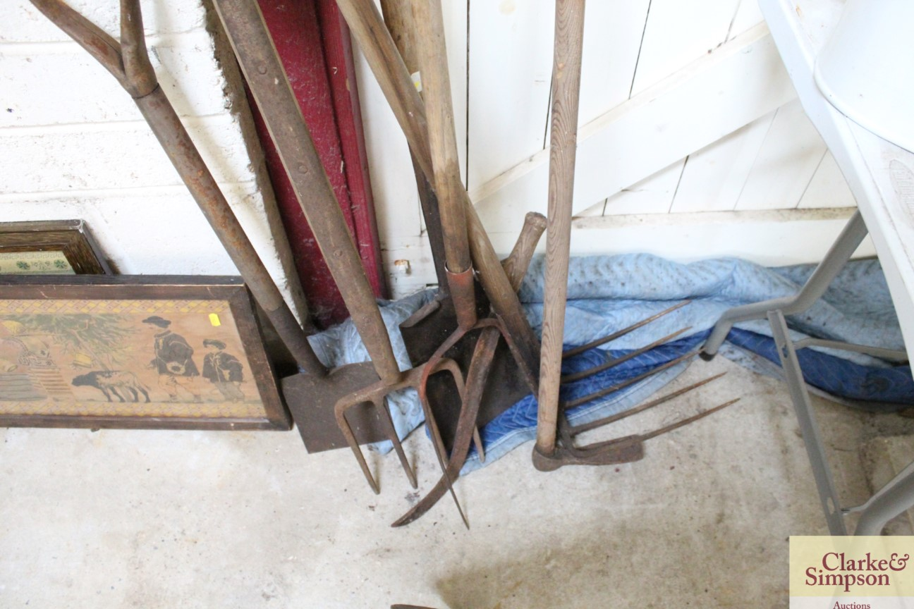 A quantity of vintage agricultural tools - Image 5 of 5