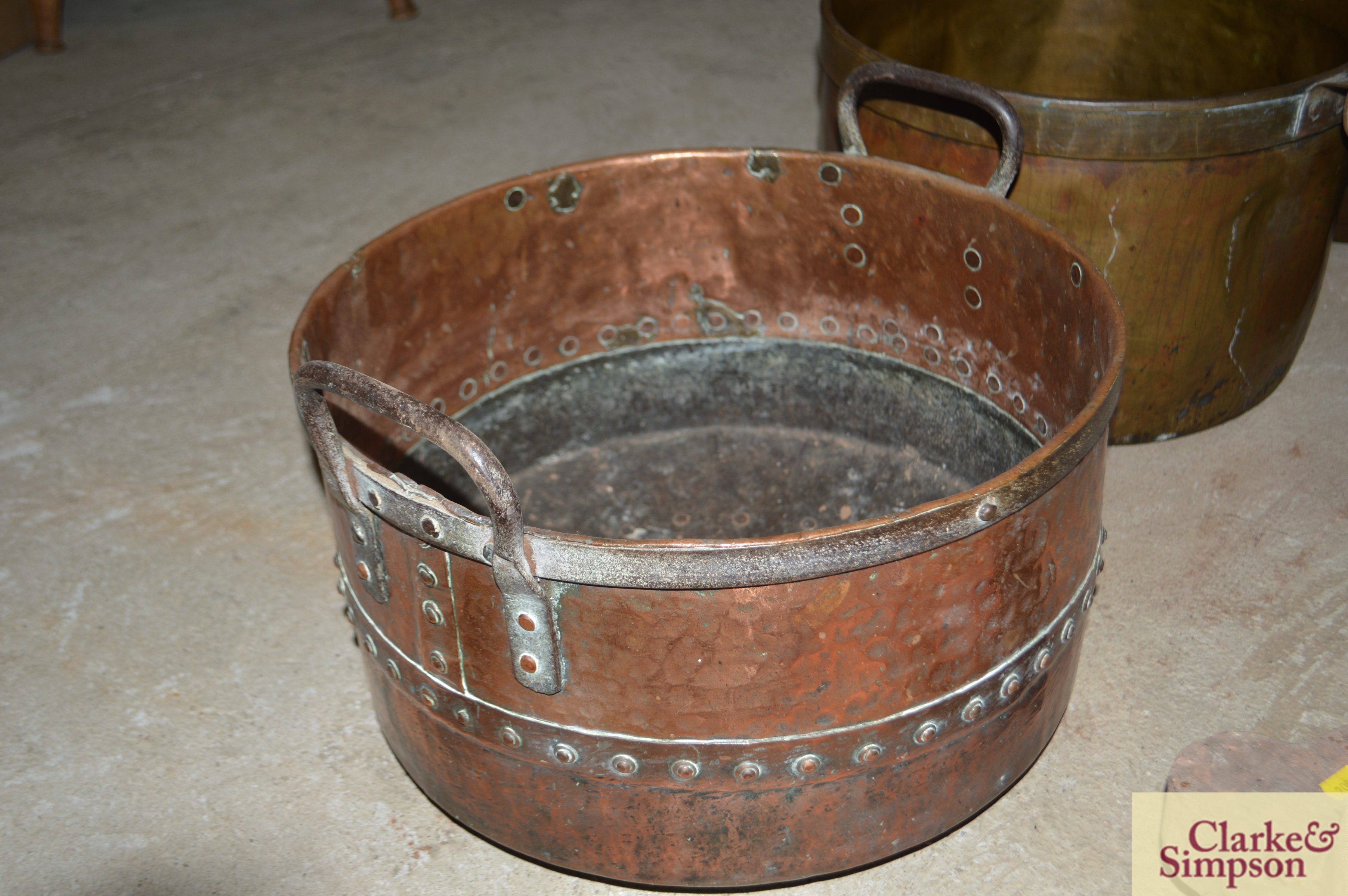 An antique riveted two handled cauldron - Image 3 of 4