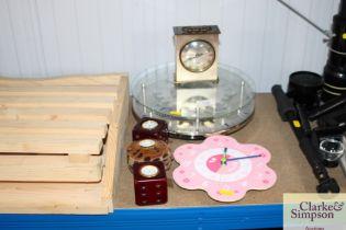 A quantity of various clocks