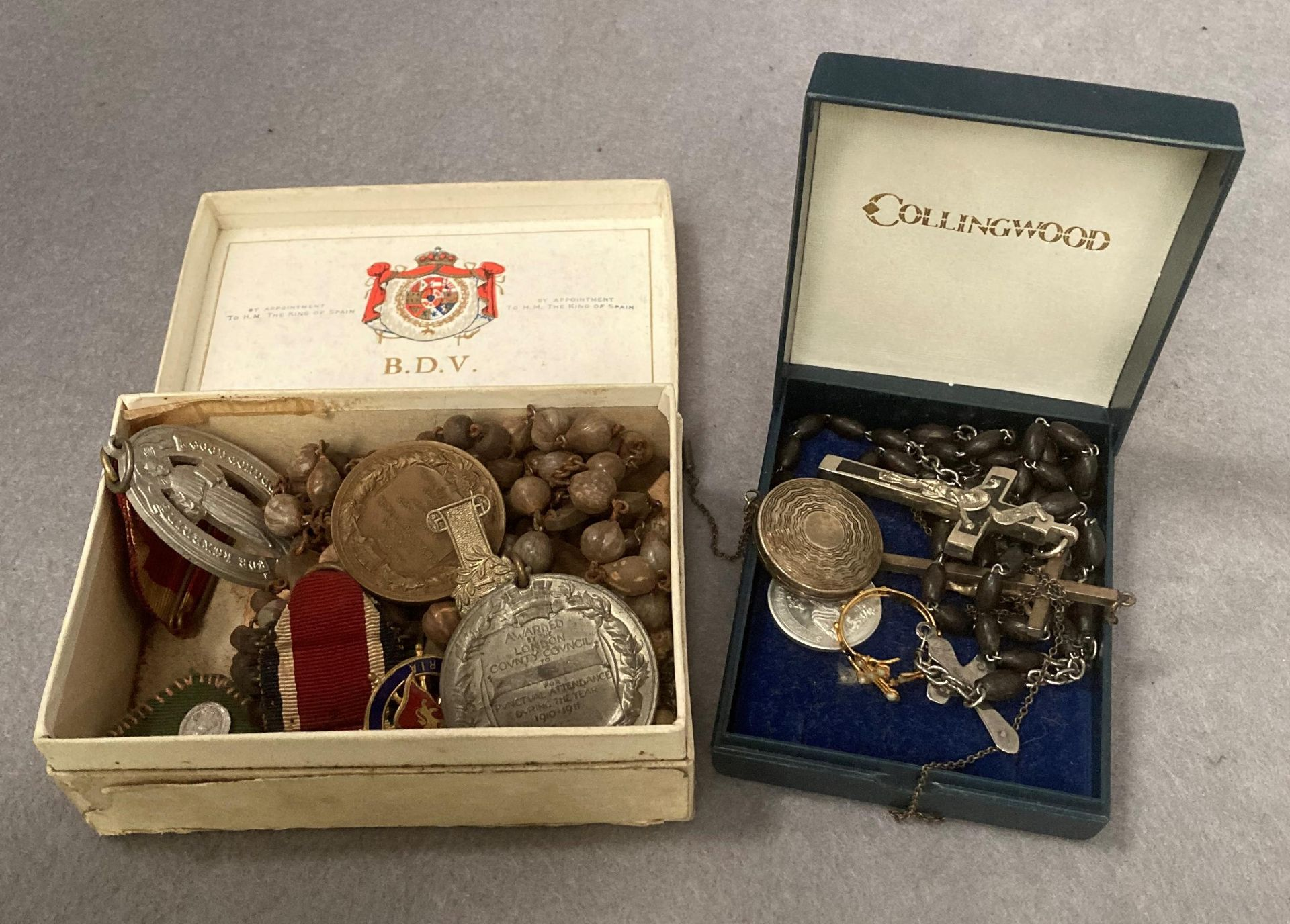 Contents to small tray - religious and other medals - two the Kings medal, silver locket, beads, R. - Image 4 of 4