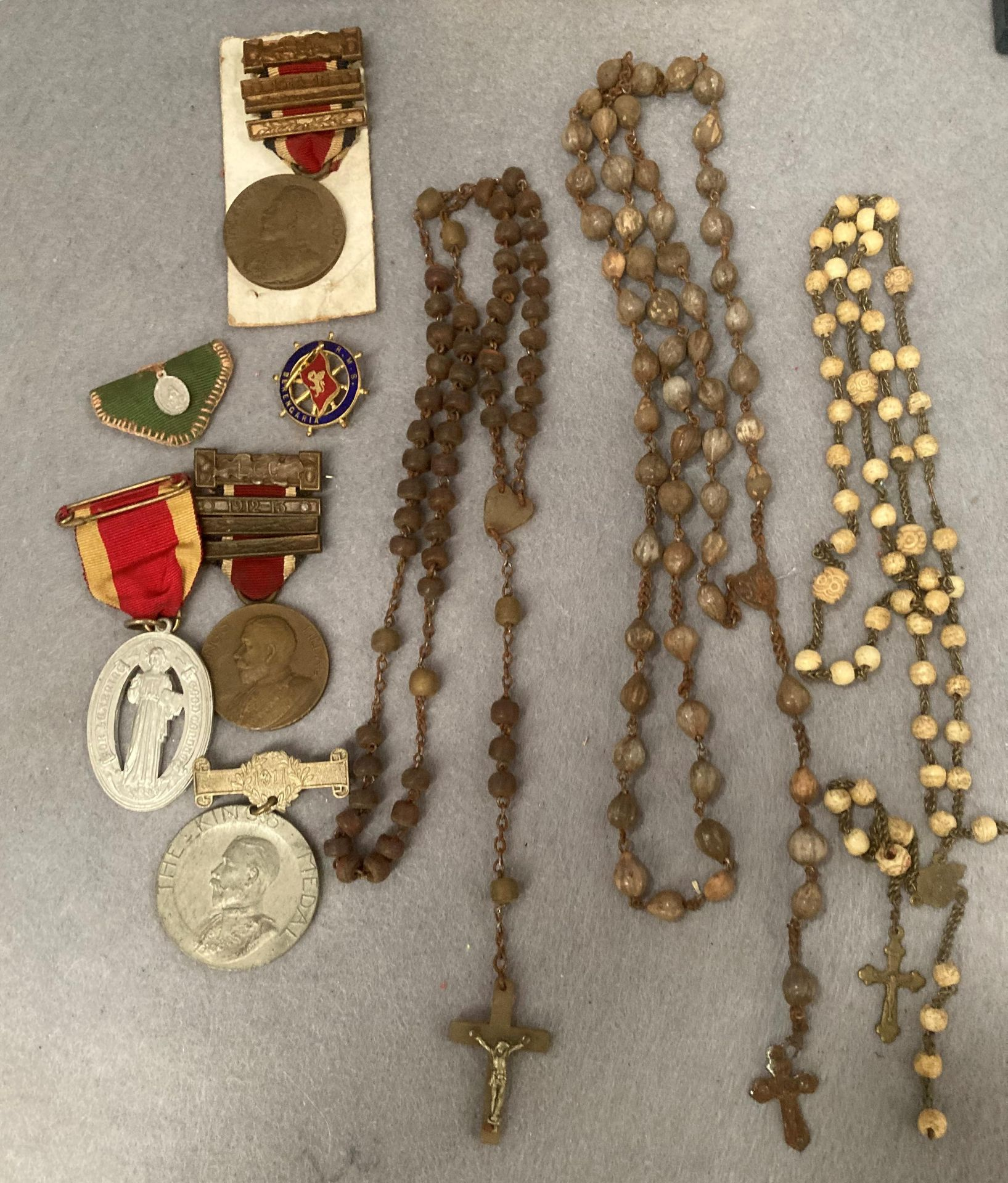 Contents to small tray - religious and other medals - two the Kings medal, silver locket, beads, R. - Image 2 of 4