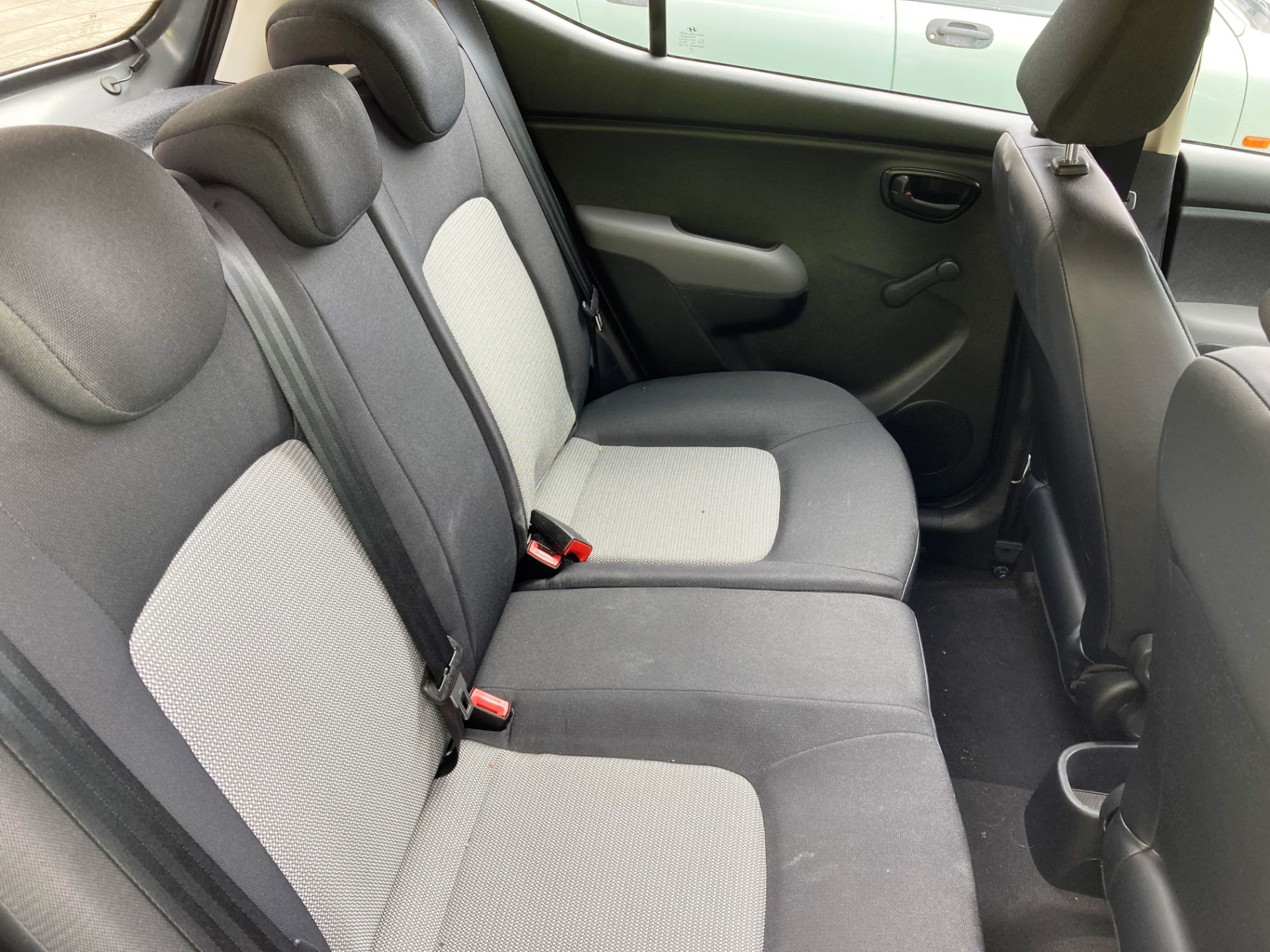FROM A DECEASED ESTATE HYUNDAI i10 CLASSIC 5 door hatchback (1248cc) - petrol - grey Reg No: YR59 - Image 6 of 8