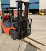 TOYOTA 2.5 tonne gas forklift truck - model no: 42-7FGF25 - orange/black.
