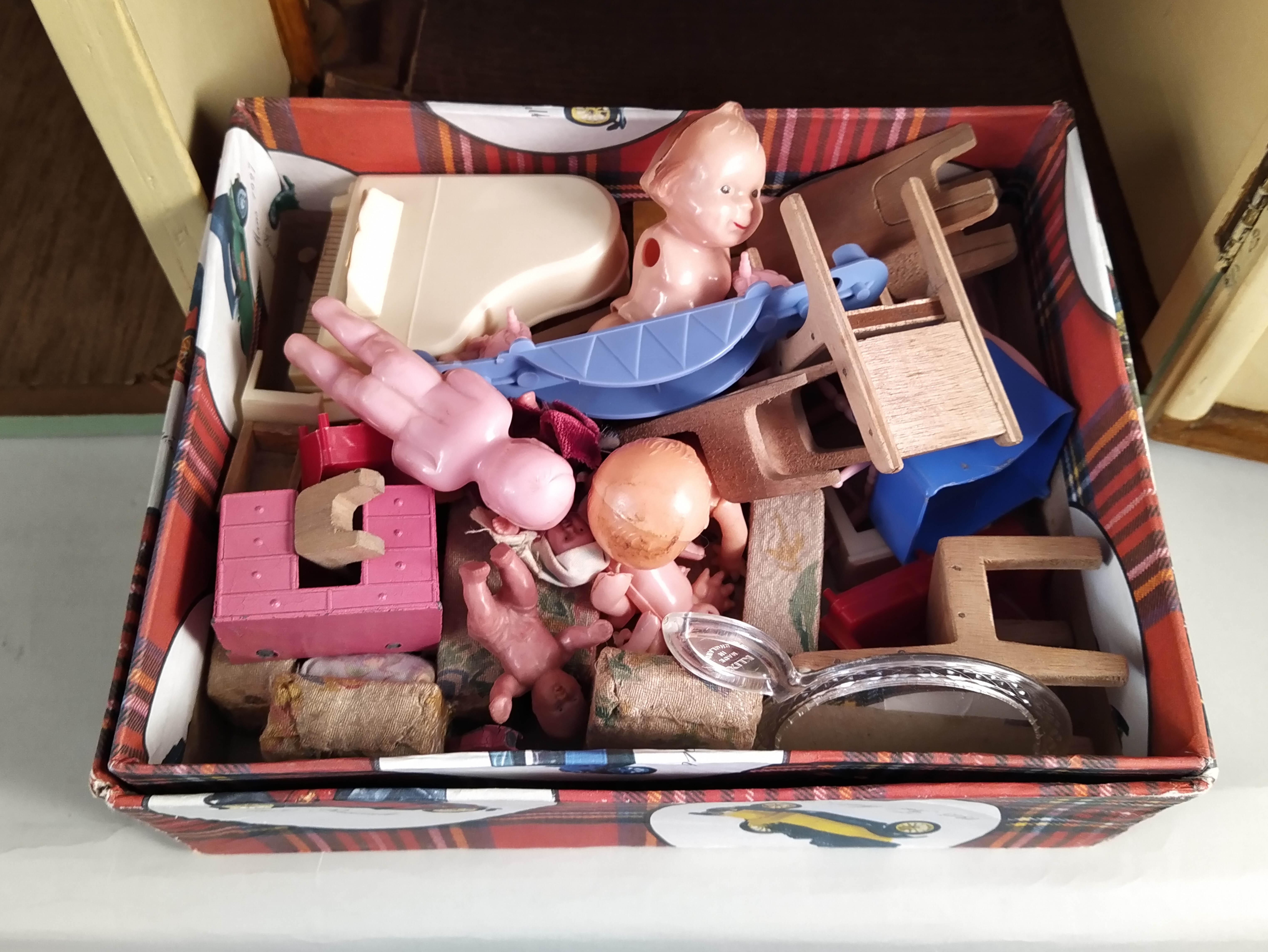 A vintage dolls house plus a tub of dolls house furniture, - Image 3 of 3