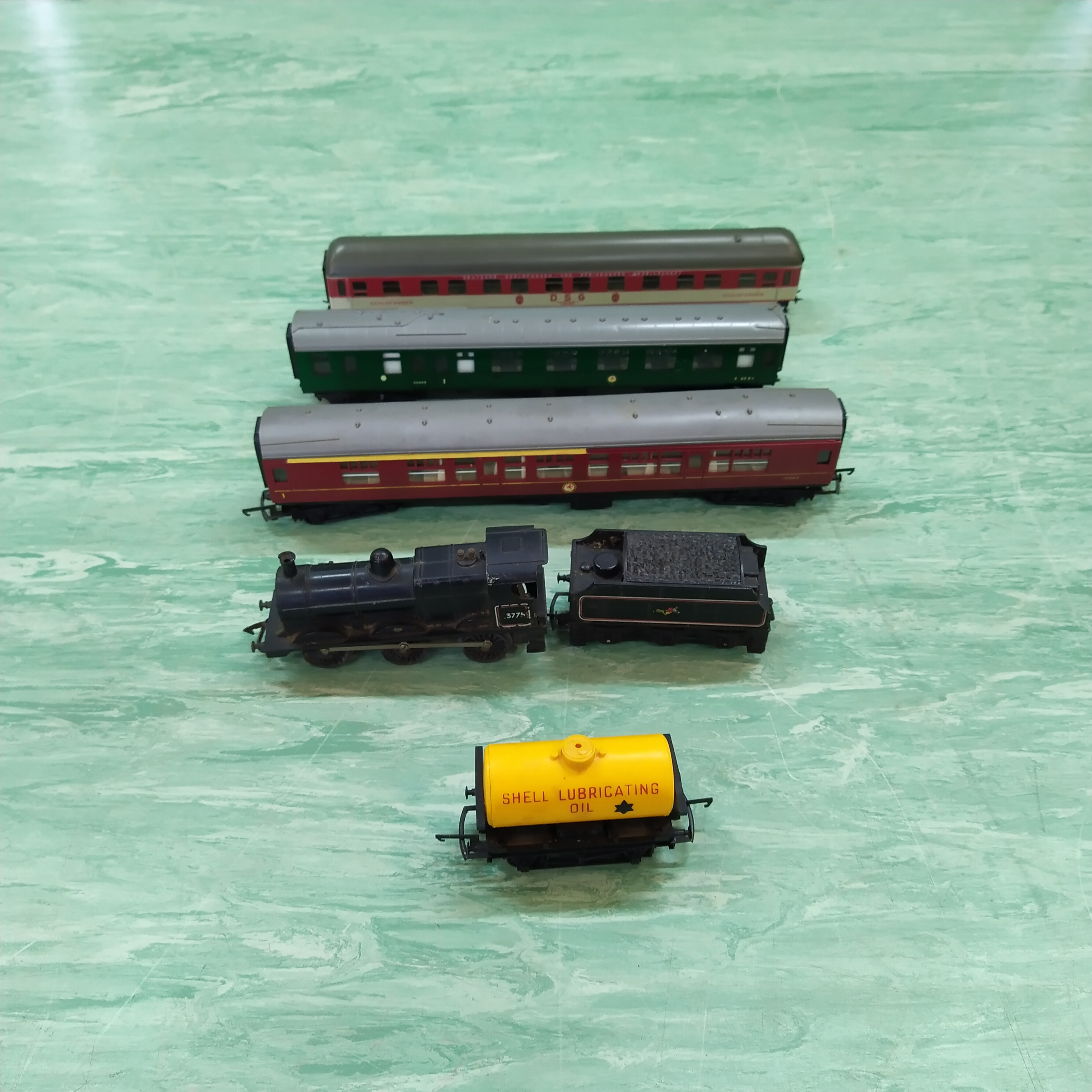 A selection of Hornby 00 scale rail carriages (engine as found) plus various track - Image 2 of 3