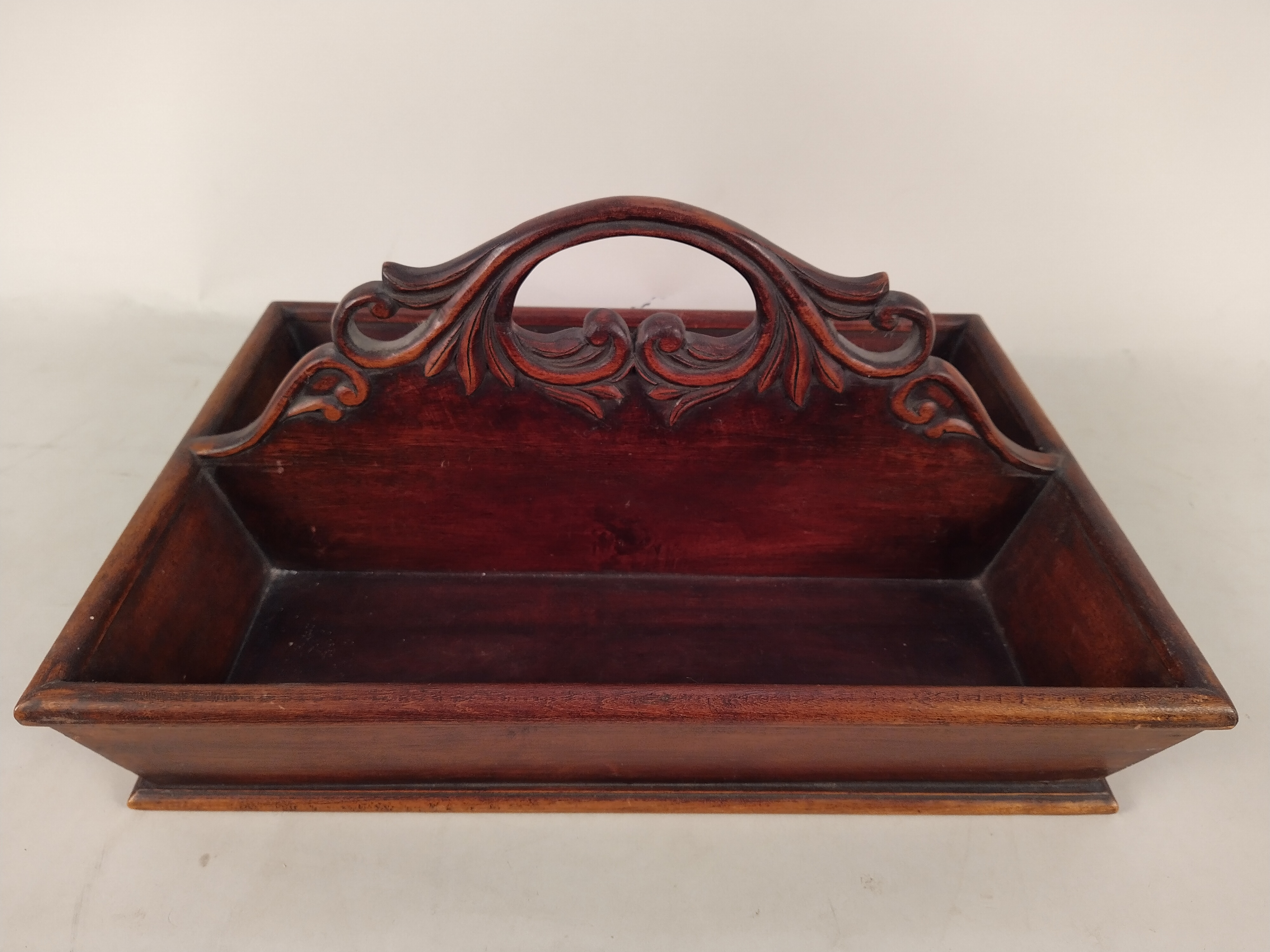 A hardwood cutlery box with carved handle - Image 2 of 3
