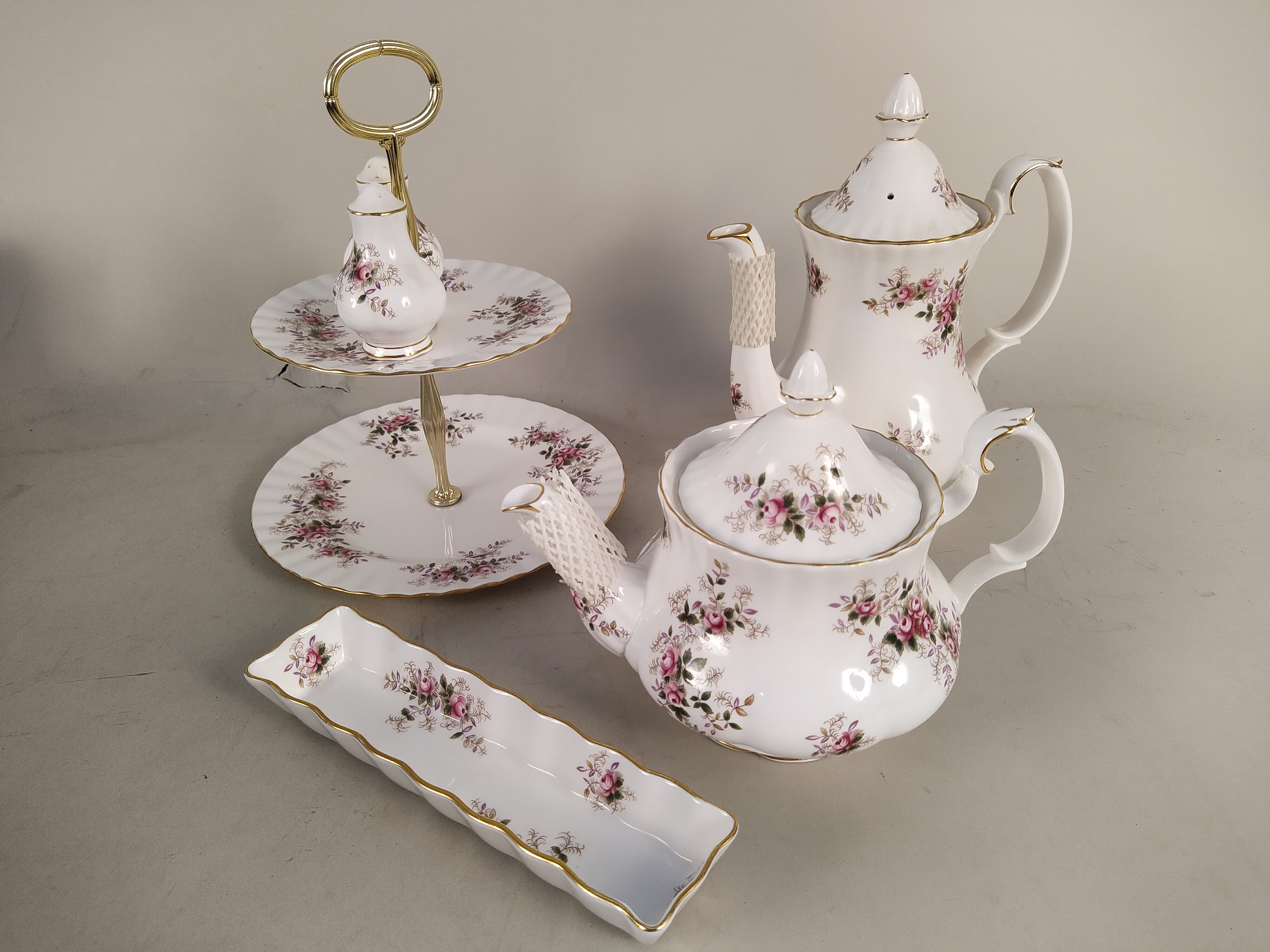 A large collection of Royal Albert 'Lavender Rose' tea and dinner wares - Image 2 of 3