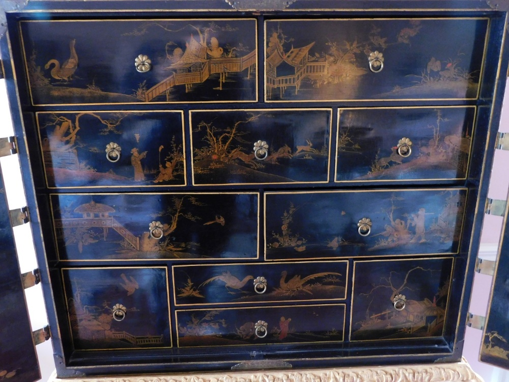 A late 17th/early 18thC Japanned cabinet, decorated in gilt and silver with flowers, buildings, etc. - Image 7 of 8