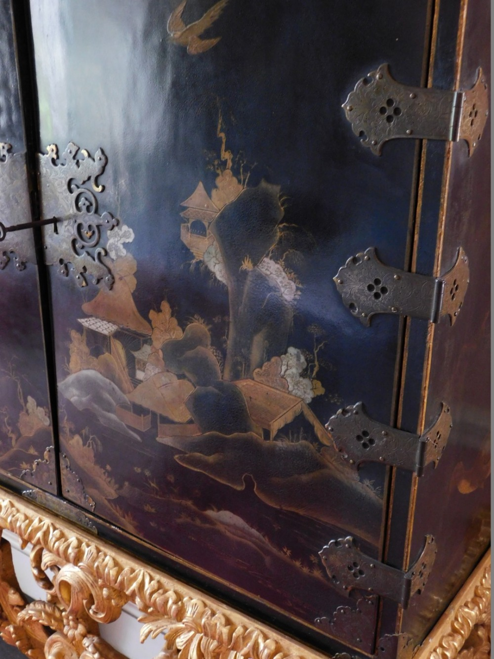 A late 17th/early 18thC Japanned cabinet, decorated in gilt and silver with flowers, buildings, etc. - Image 3 of 8