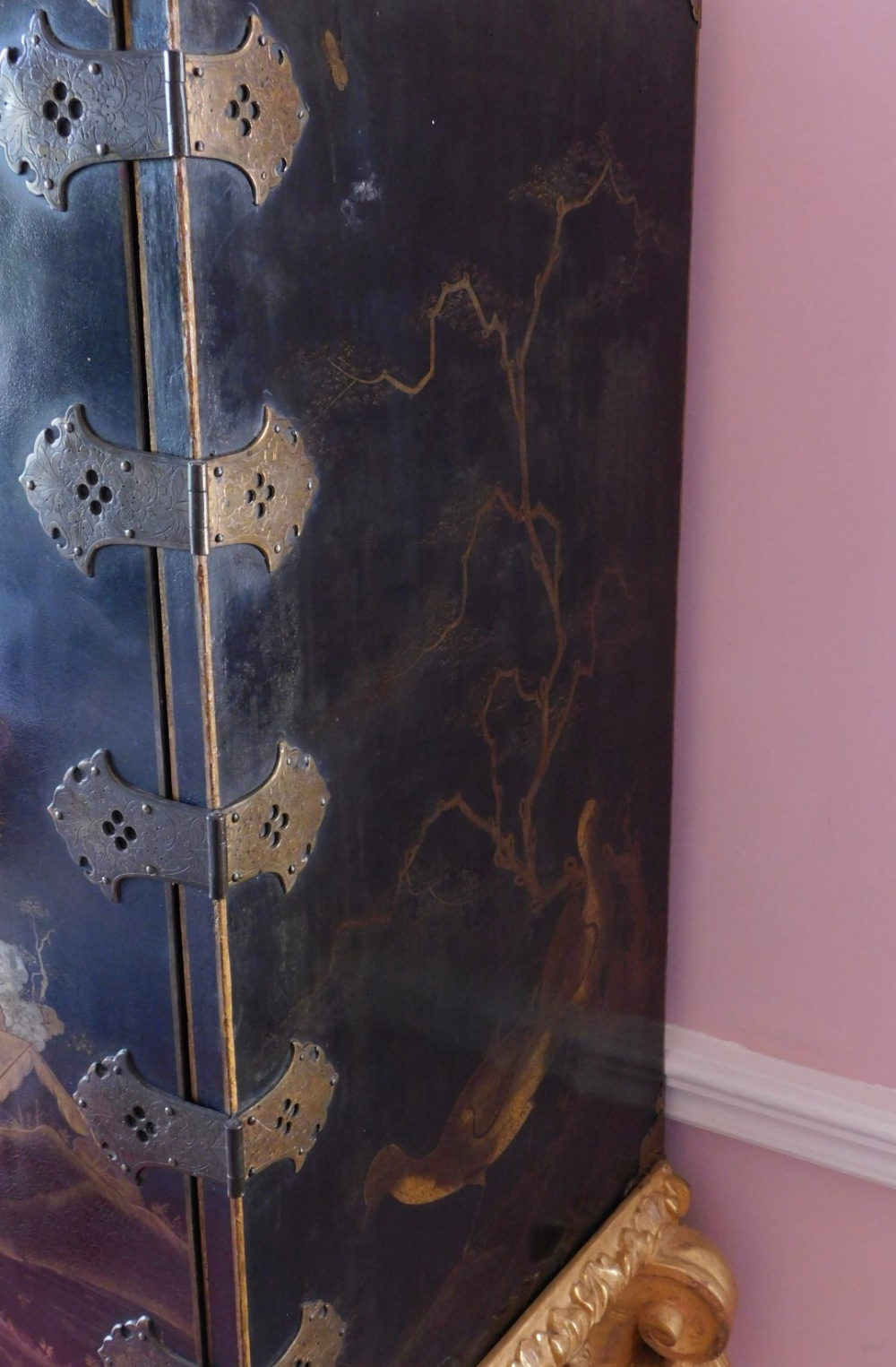 A late 17th/early 18thC Japanned cabinet, decorated in gilt and silver with flowers, buildings, etc. - Image 4 of 8