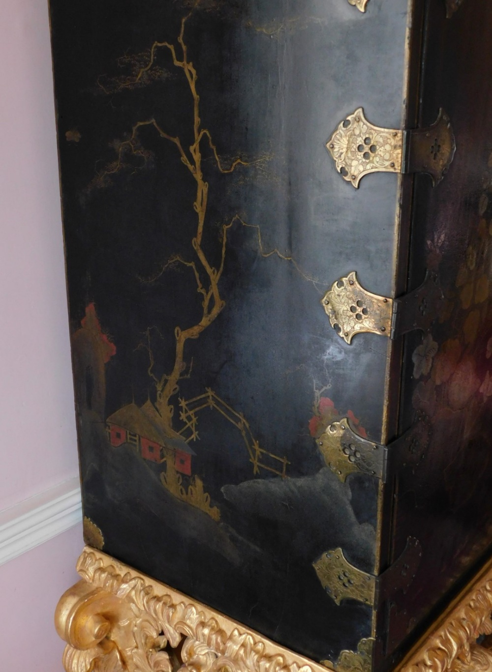 A late 17th/early 18thC Japanned cabinet, decorated in gilt and silver with flowers, buildings, etc. - Image 5 of 8