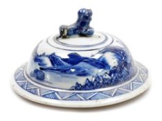 An Chinese porcelain lid, with dog of fo knop above a landscape and a geometric band, 19thC, 10cm