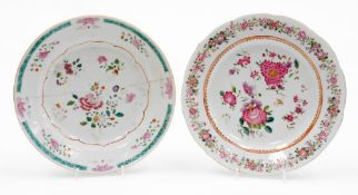 An 18thC Chinese porcelain plate, in famille rose palette, decorated with flowers within an outer