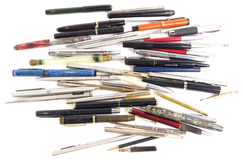 A quantity of fountain and other pens, to include Parker Duo Folds, etc.