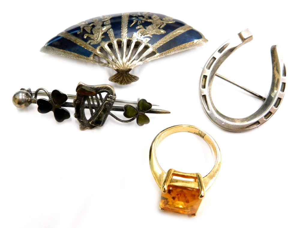A small quantity of jewellery, to include a silver horseshoe brooch, a silver heart and three leaf c