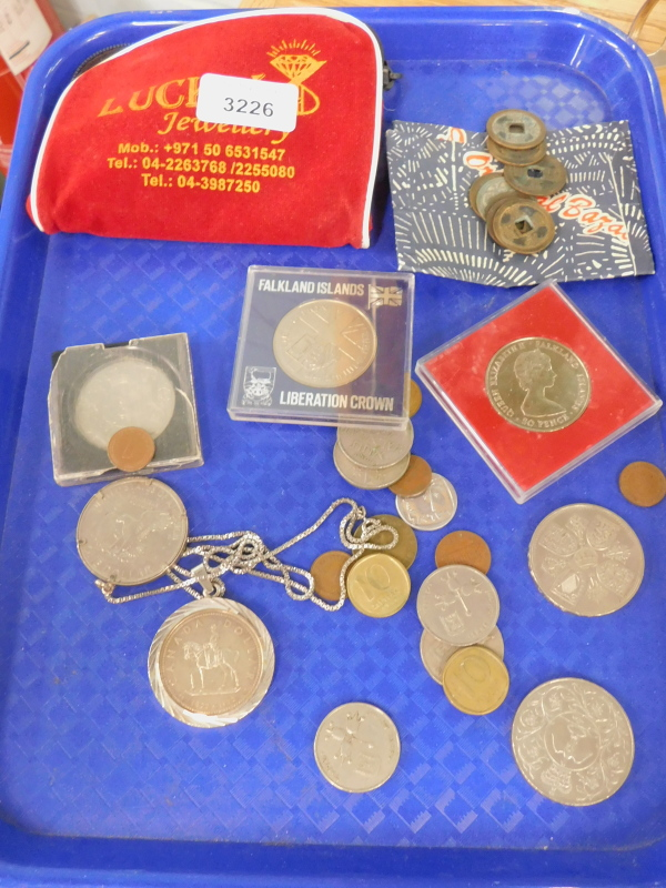 A quantity of GB commemorative and world coinage, to include Falkland Islands Liberation crown, five